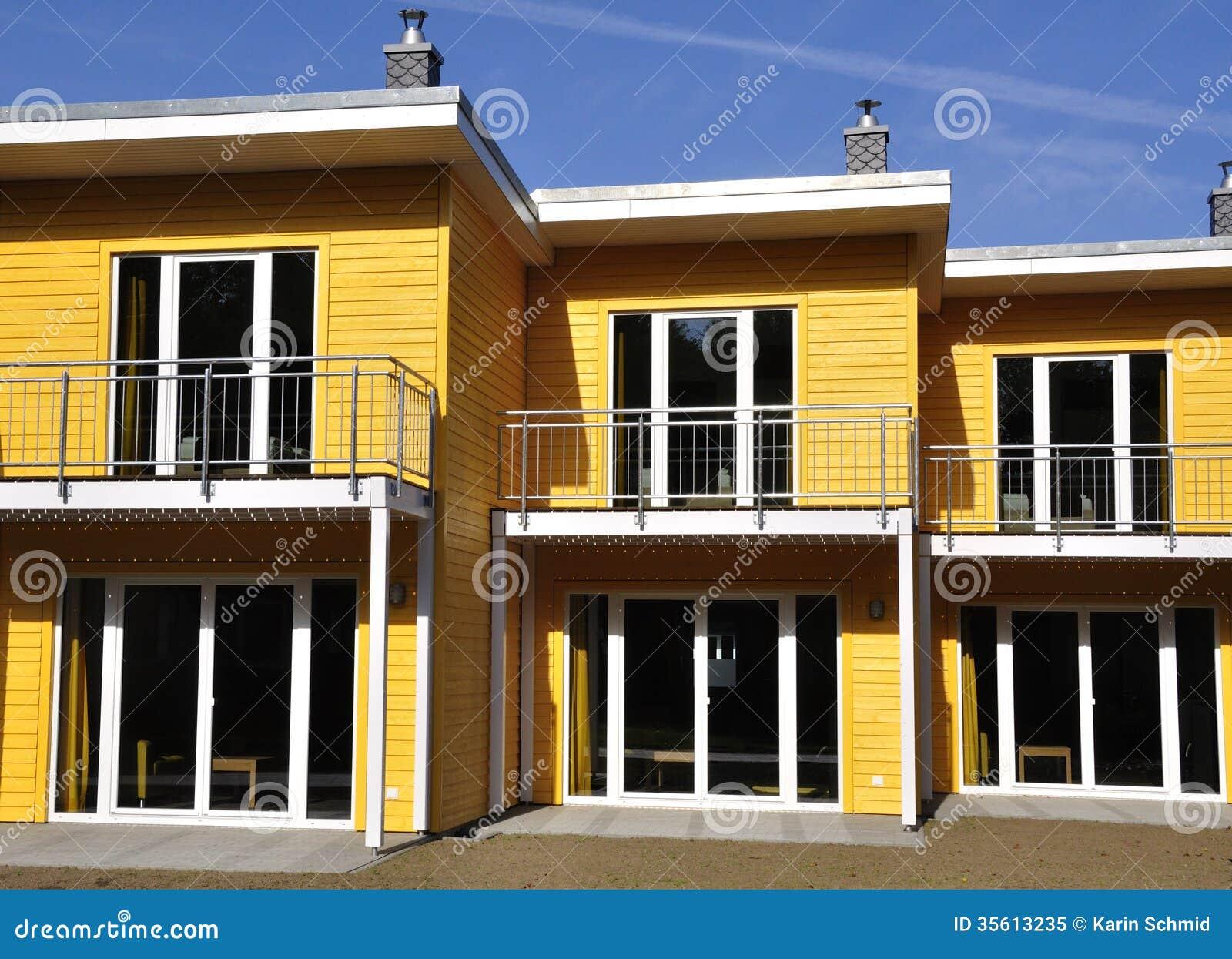 avant vue en terrasse jaune de maison image stock image