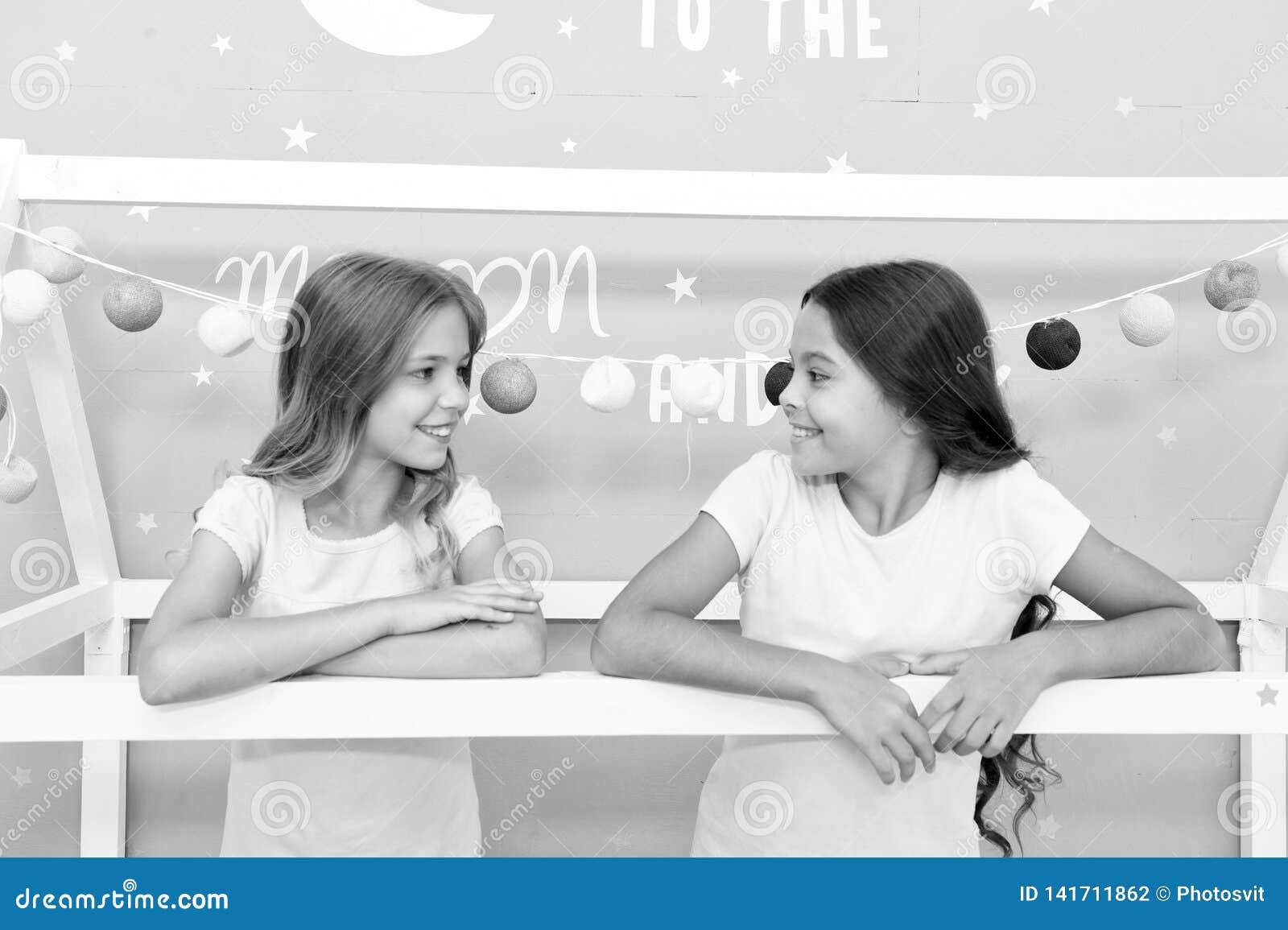 Avantages ayant la soeur Les soeurs de filles passent le temps agréable pour communiquer dans la chambre à coucher Avantages impr