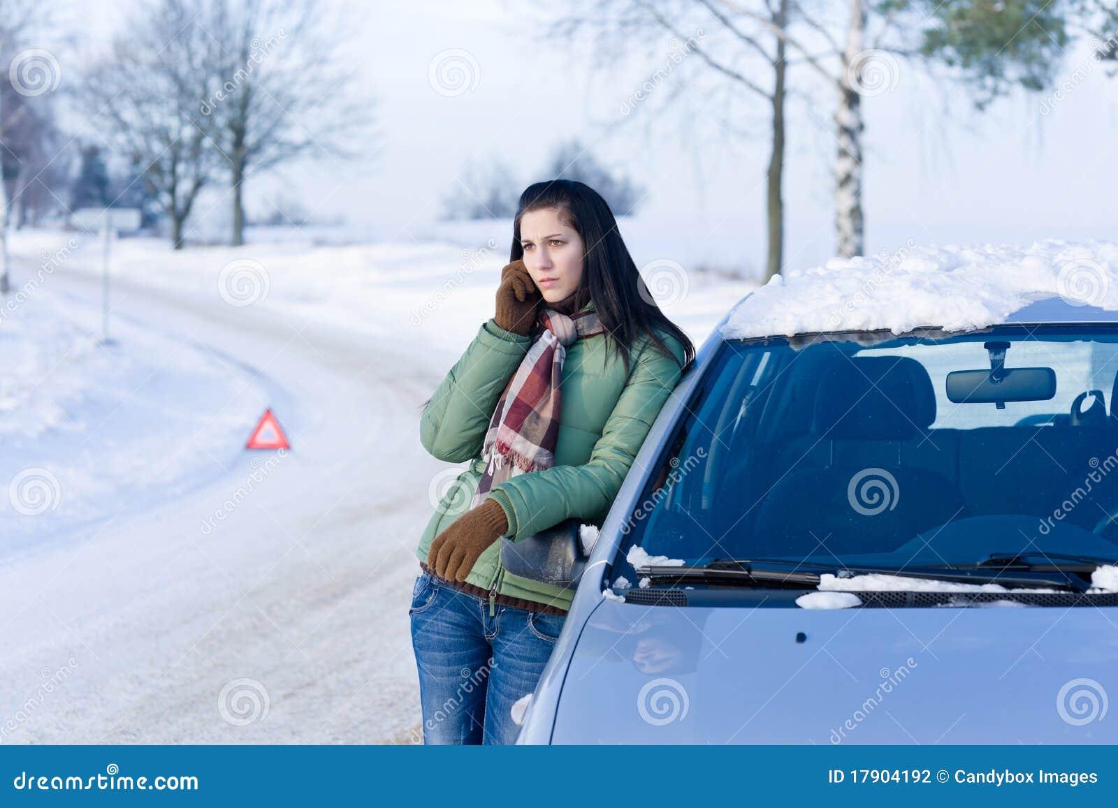 Avaria do carro do inverno - atendimento da mulher para a ajuda