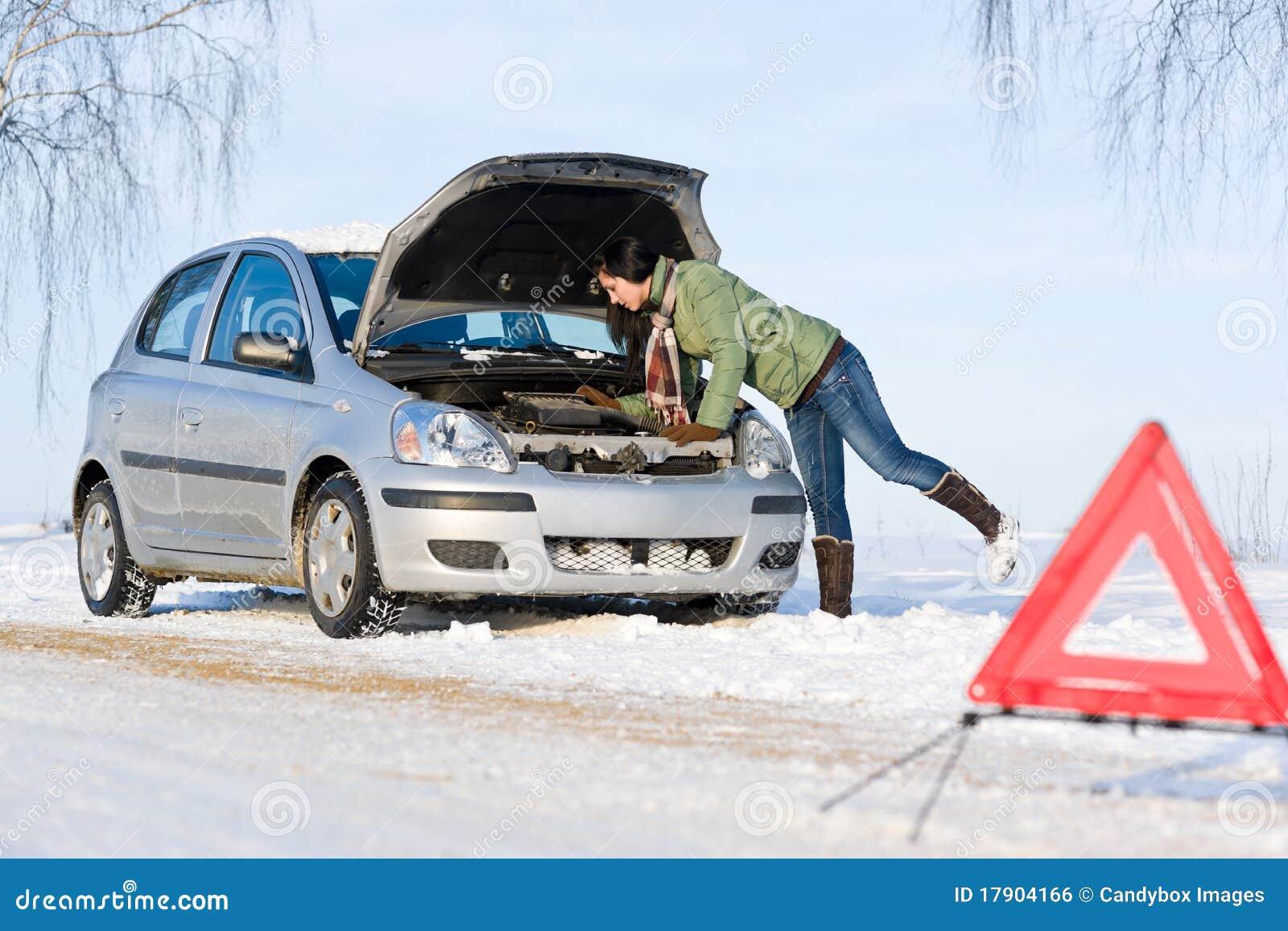 Avaria do carro do inverno - motor do reparo da mulher