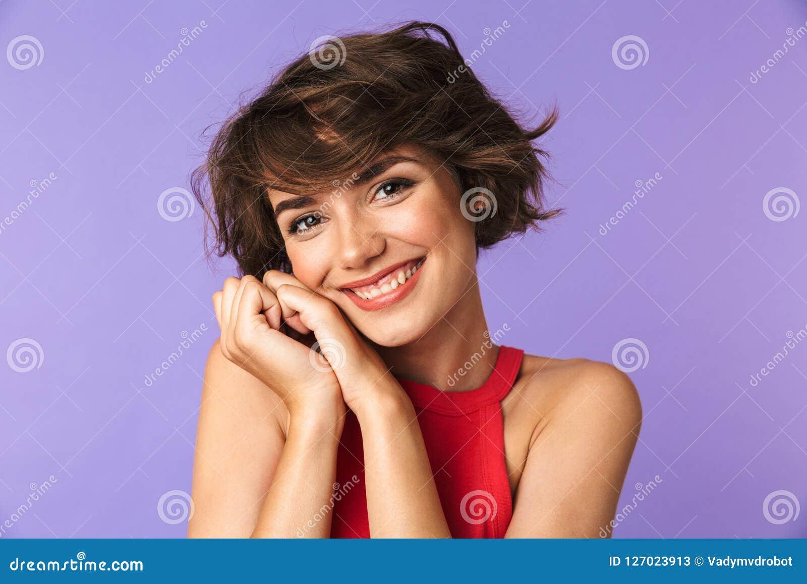 Avbilda closeupen av den caucasian tillfredsställda flicka20-tal i smi för tillfälliga kläder