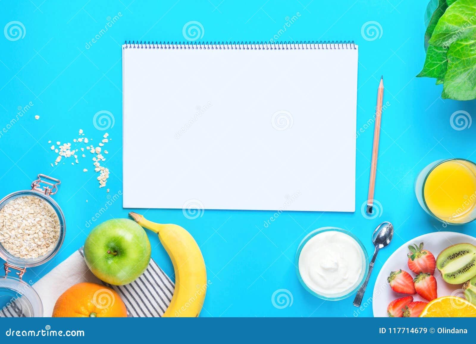 Aveia saudável Juice Green Apple Banana Strawberries alaranjado Kiwi Yogurt do alimento de café da manhã no Tabletop azul Zombari