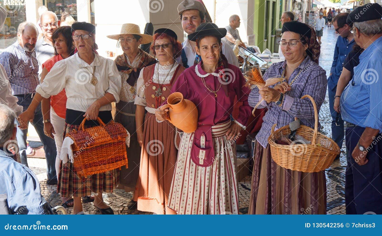 Aveiro, Portugal - cerca do outubro de 2018: Fazendeiro Wifes em um mercado local