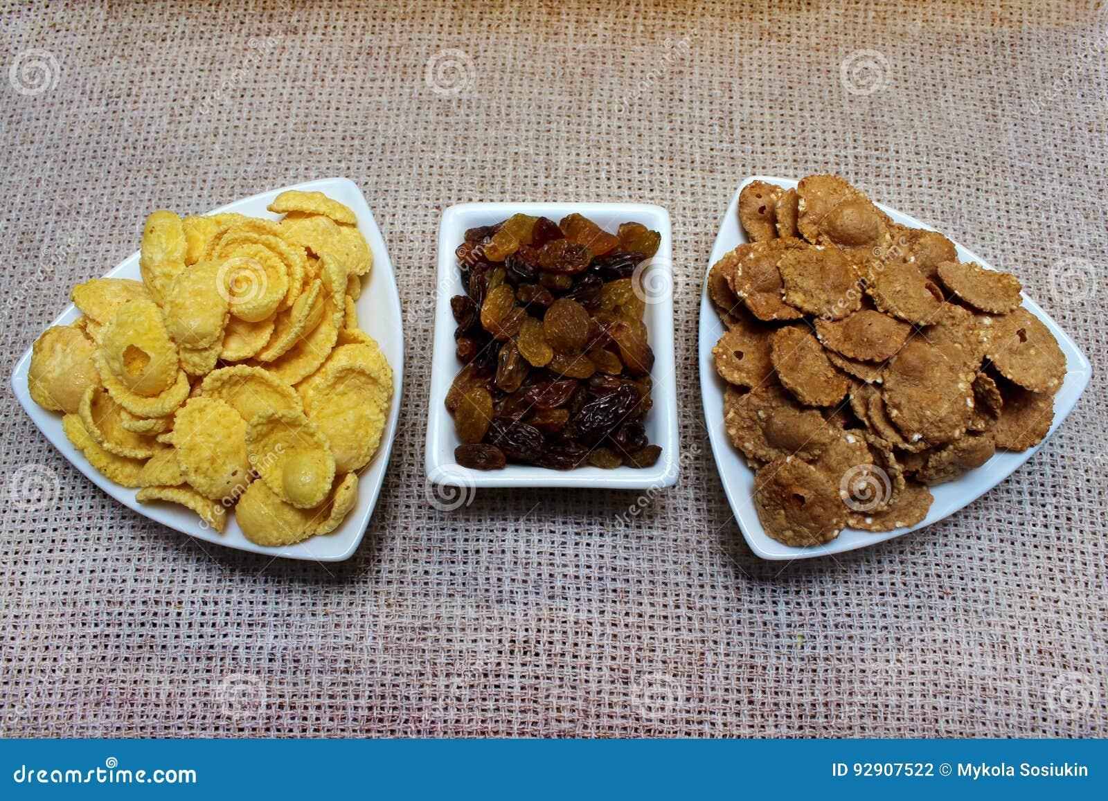 Avenas, pasas en una placa comida sana del desayuno, dieta