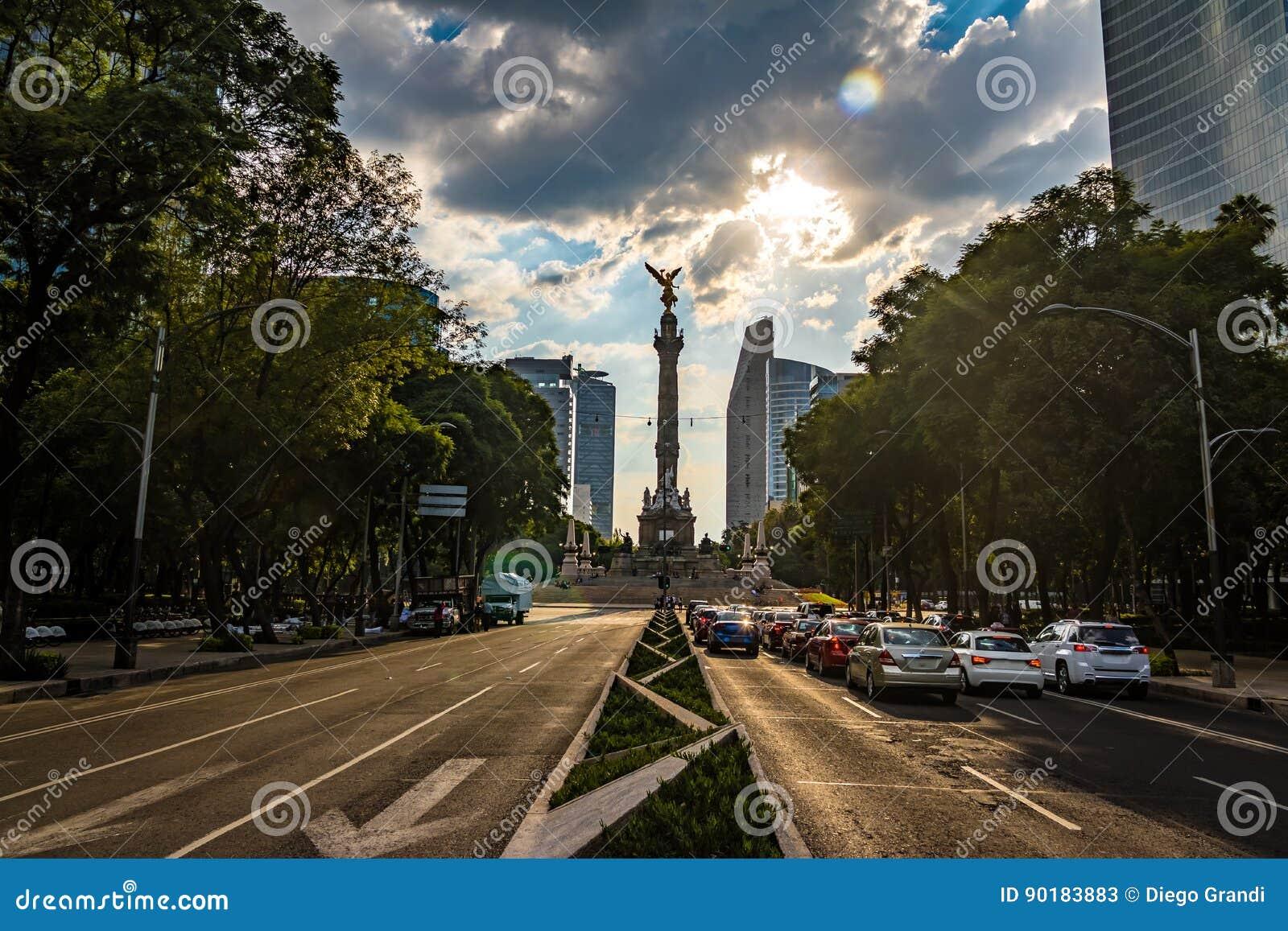 Avenida de Paseo de La Reforma e anjo do monumento da independência - Cidade do México, México