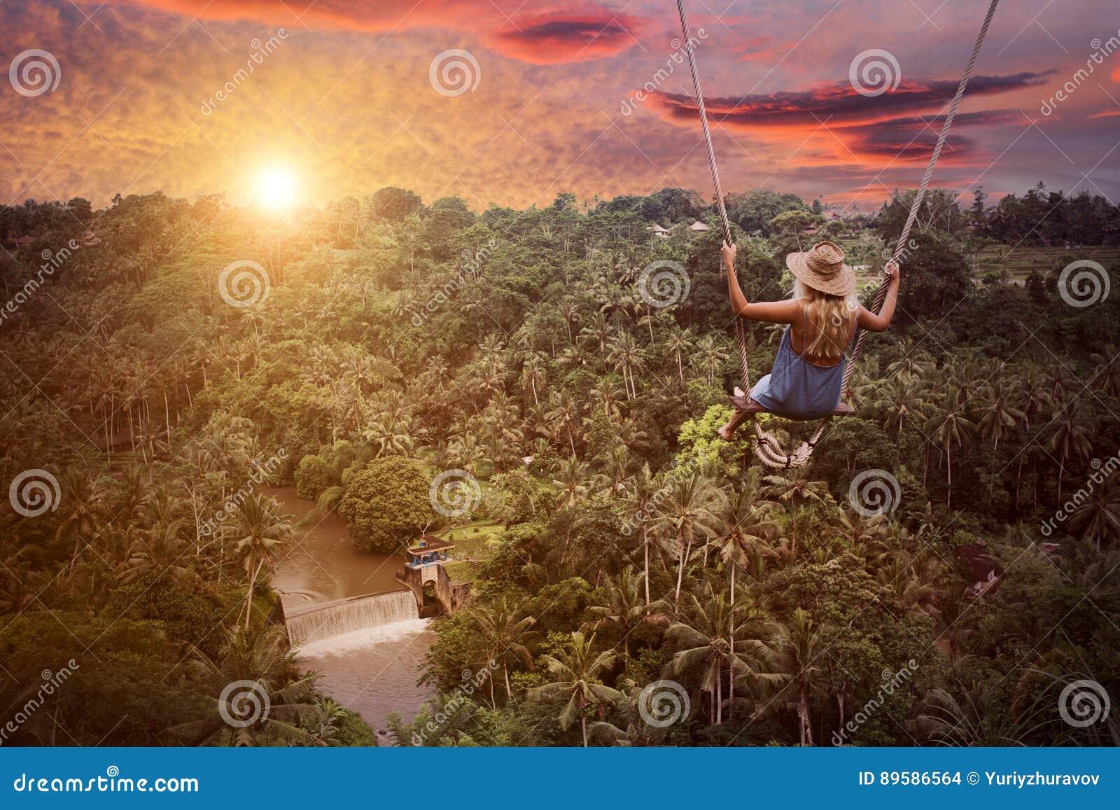 Aventúrese en mujer salvaje del bosque de la selva y balancee
