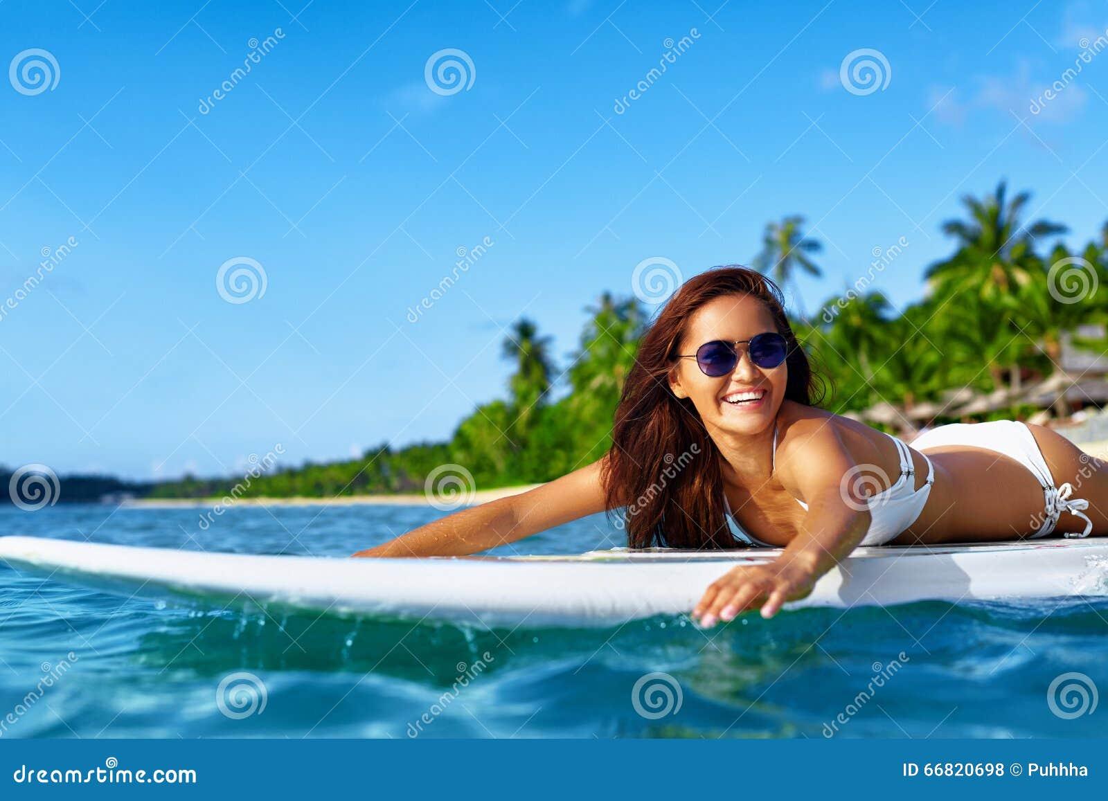Aventura del verano Deportes de agua Mujer que practica surf en el mar Viaje VAC