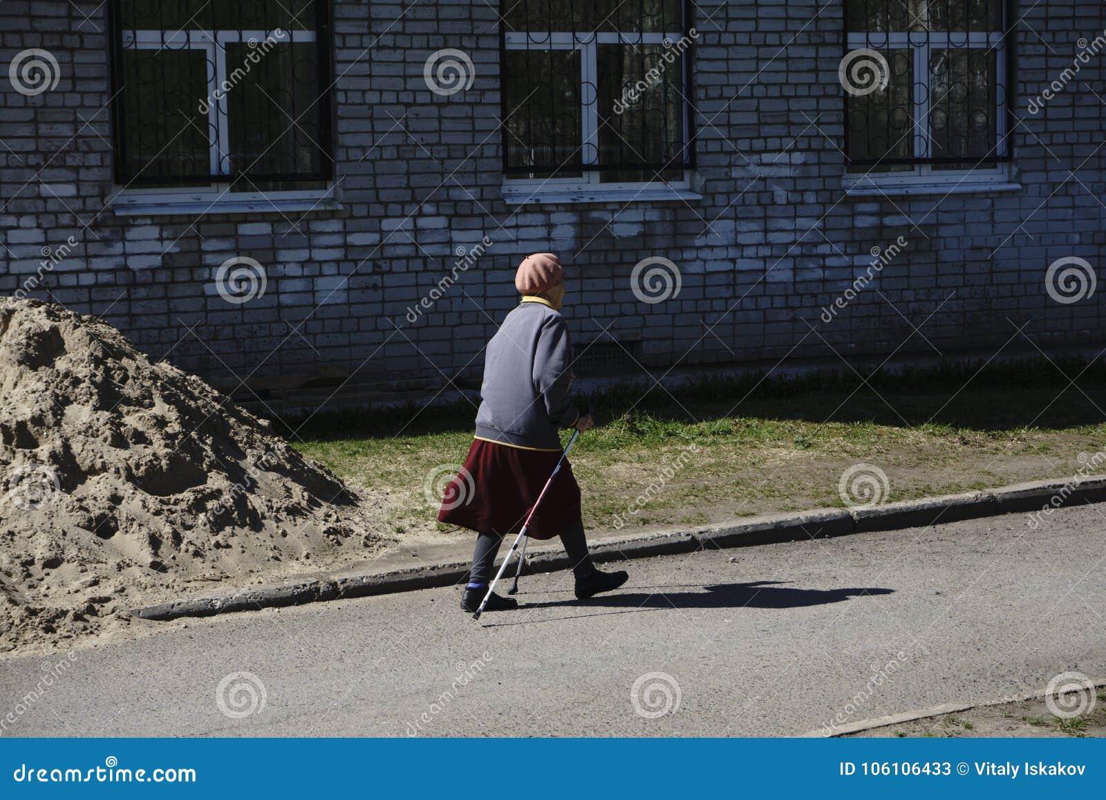 Aventura nórdica del ejercicio que camina que camina el concepto - primer de la abuela de la mujer