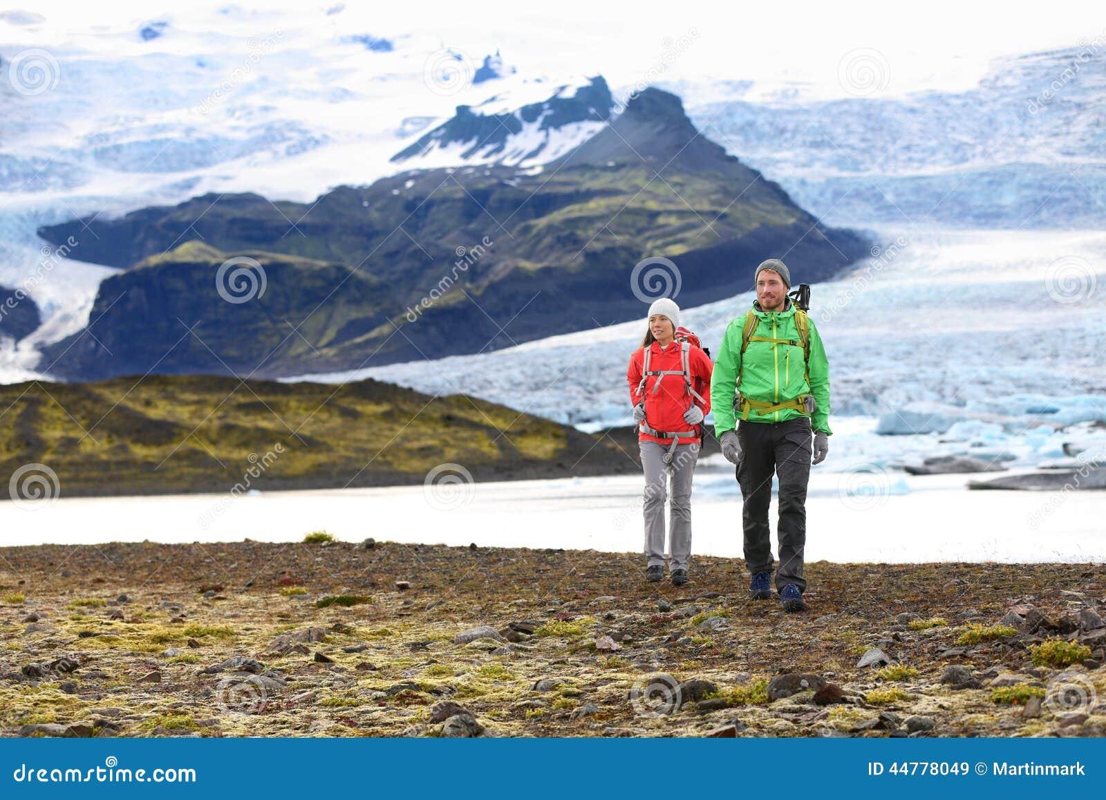 Aventura que caminha os pares do curso que trekking em Islândia