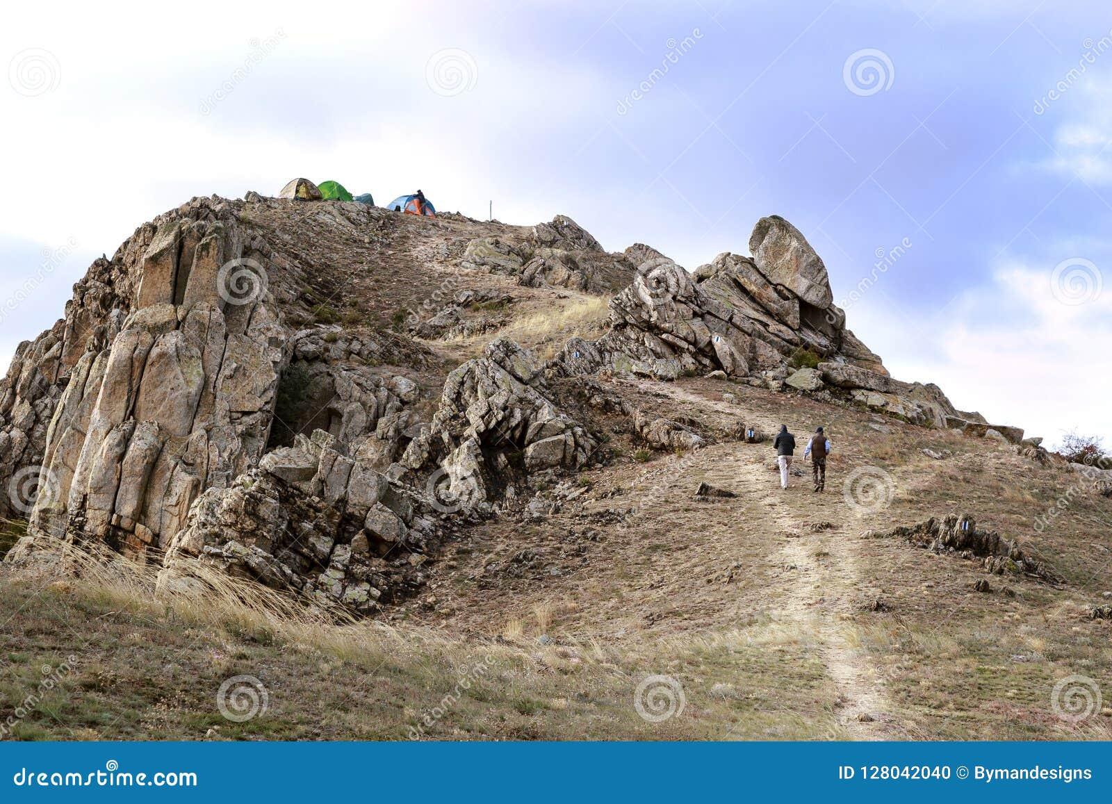 Aventureiros com as barracas na parte superior da montanha