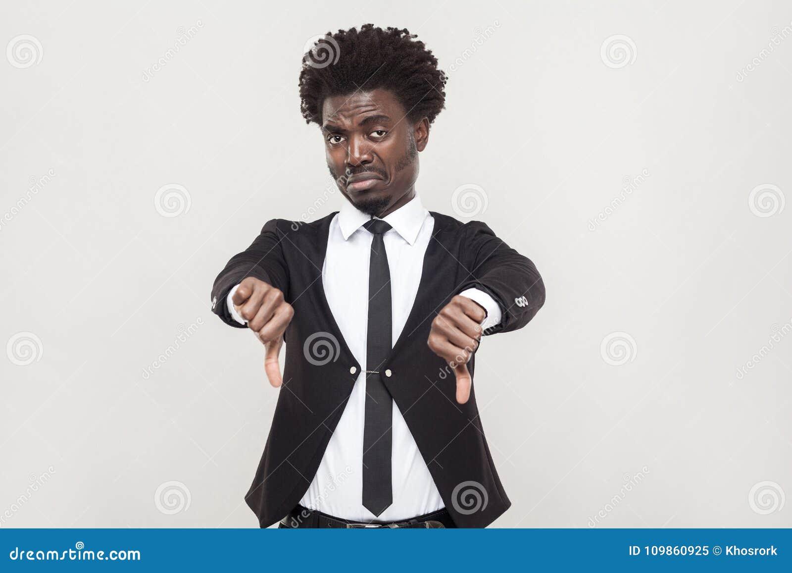 Aversion Afro d apparence d homme de tristesse et regarder l appareil-photo