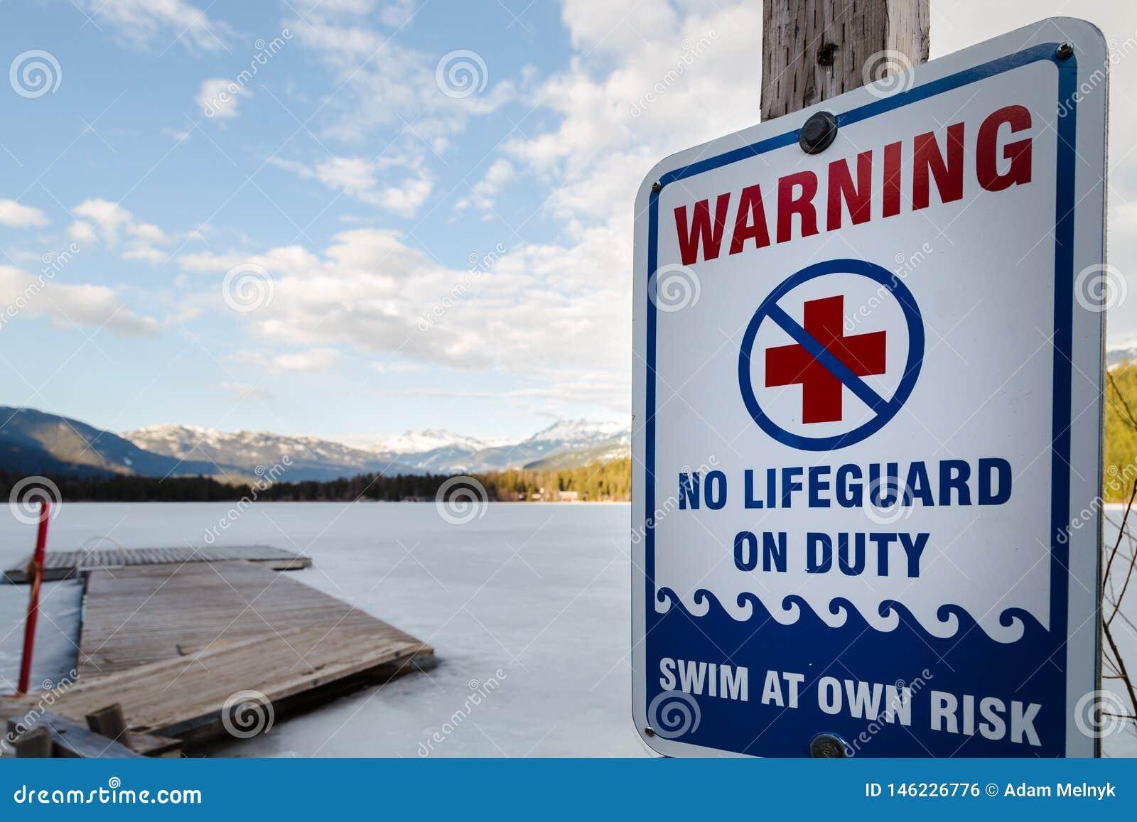 Avertissement de signe qu il n y a aucun maître nageur en service à près d un lac congelé d hiver