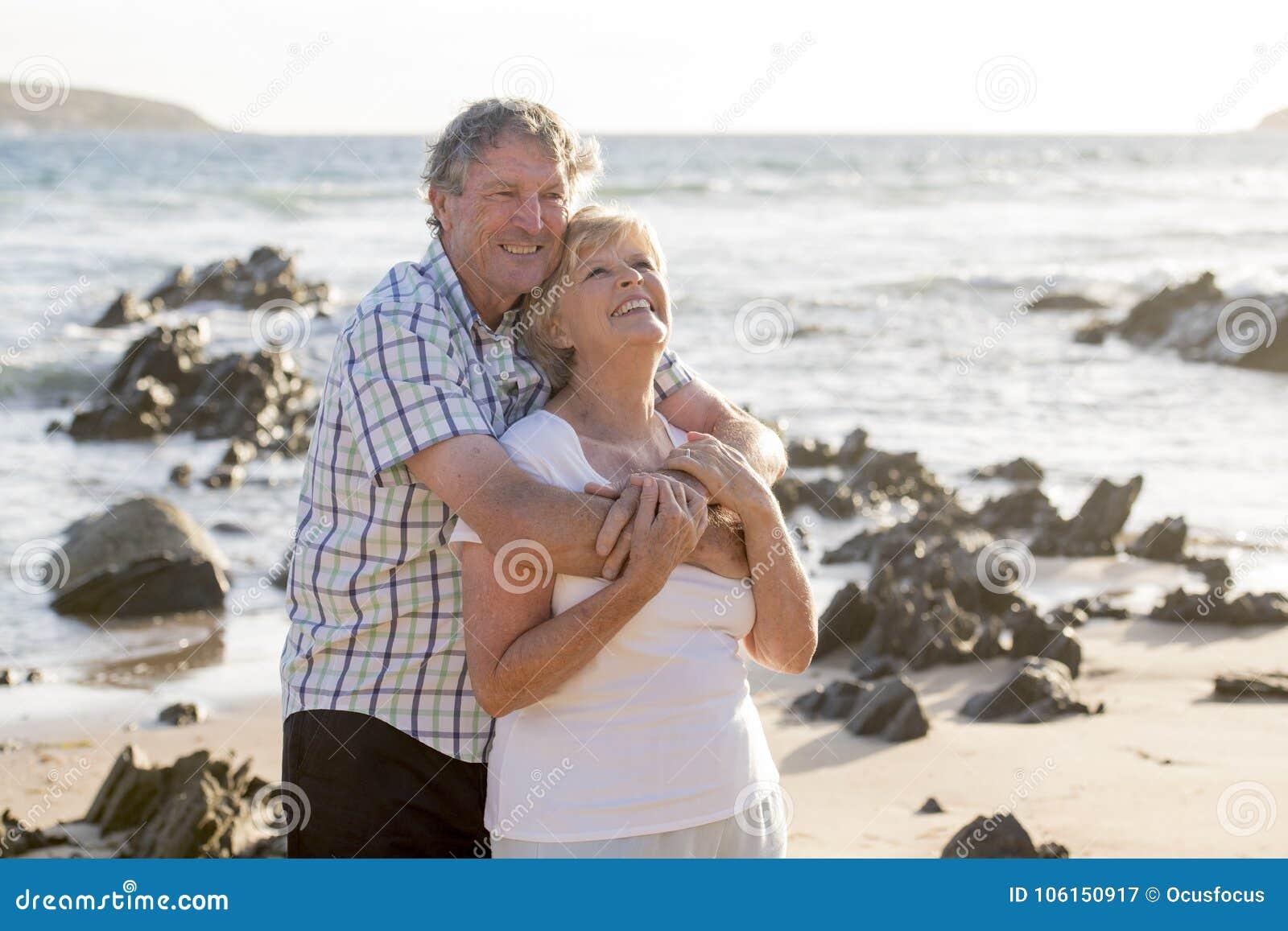 Avgick mogna par för älskvärd pensionär på deras 60-tal eller 70-tal att gå som var lyckligt och som var avkopplat på strandhavsk