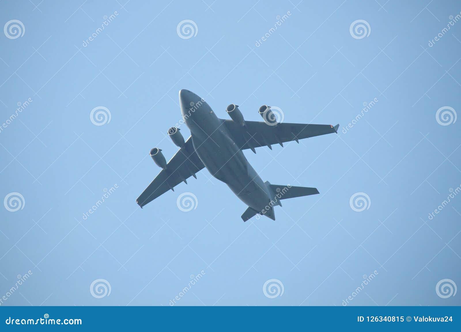 Avião de carga militar que voa sobre