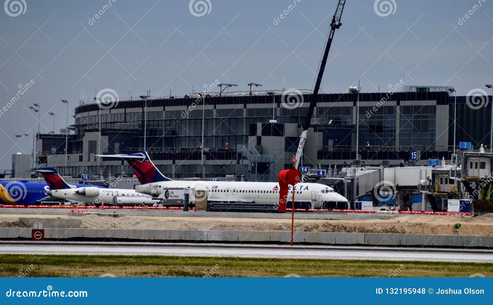 Avião de Delta Airlines na porta