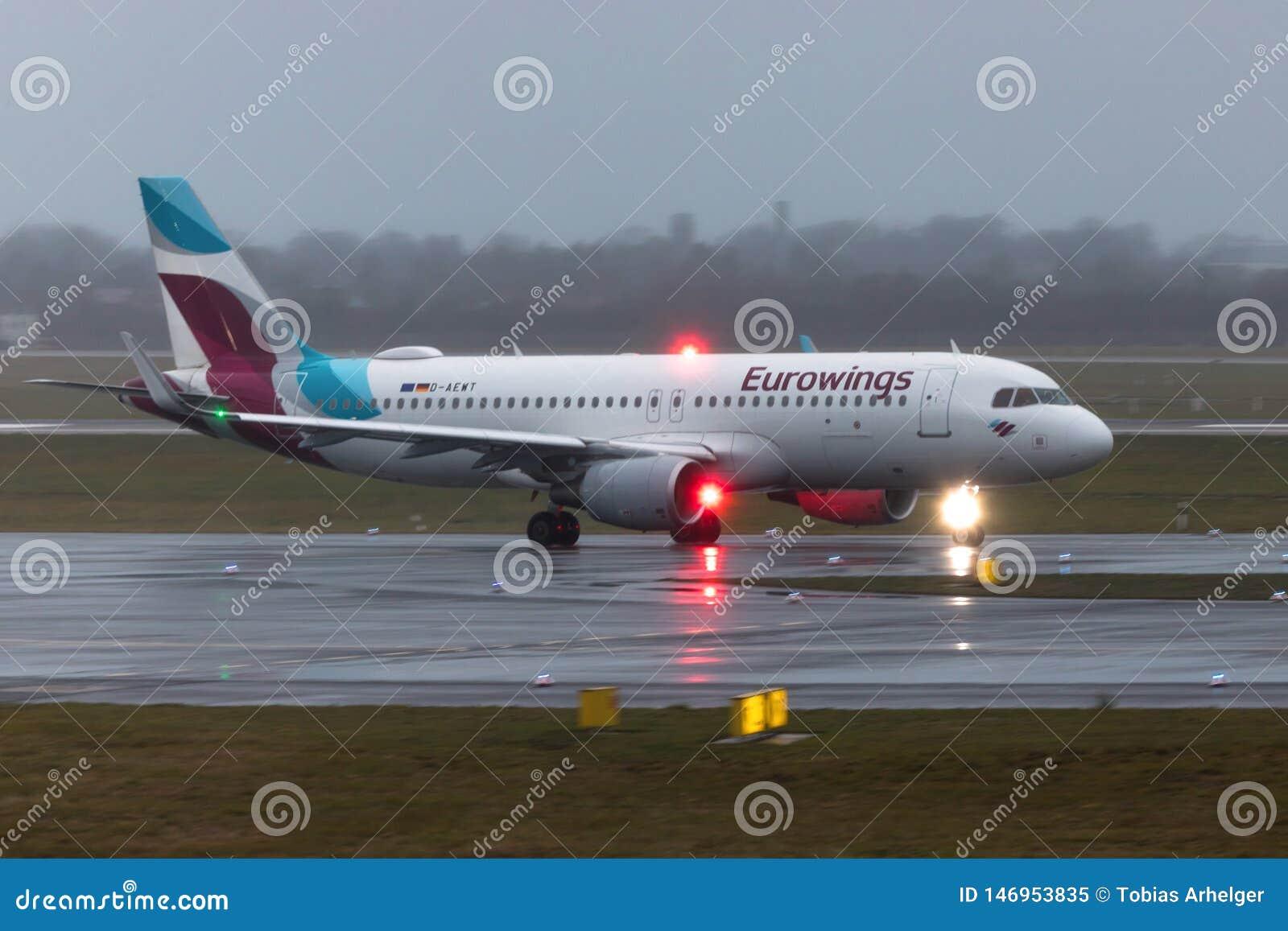 Avi?o de Eurowings na terra no aeroporto Alemanha de dusseldorf na chuva
