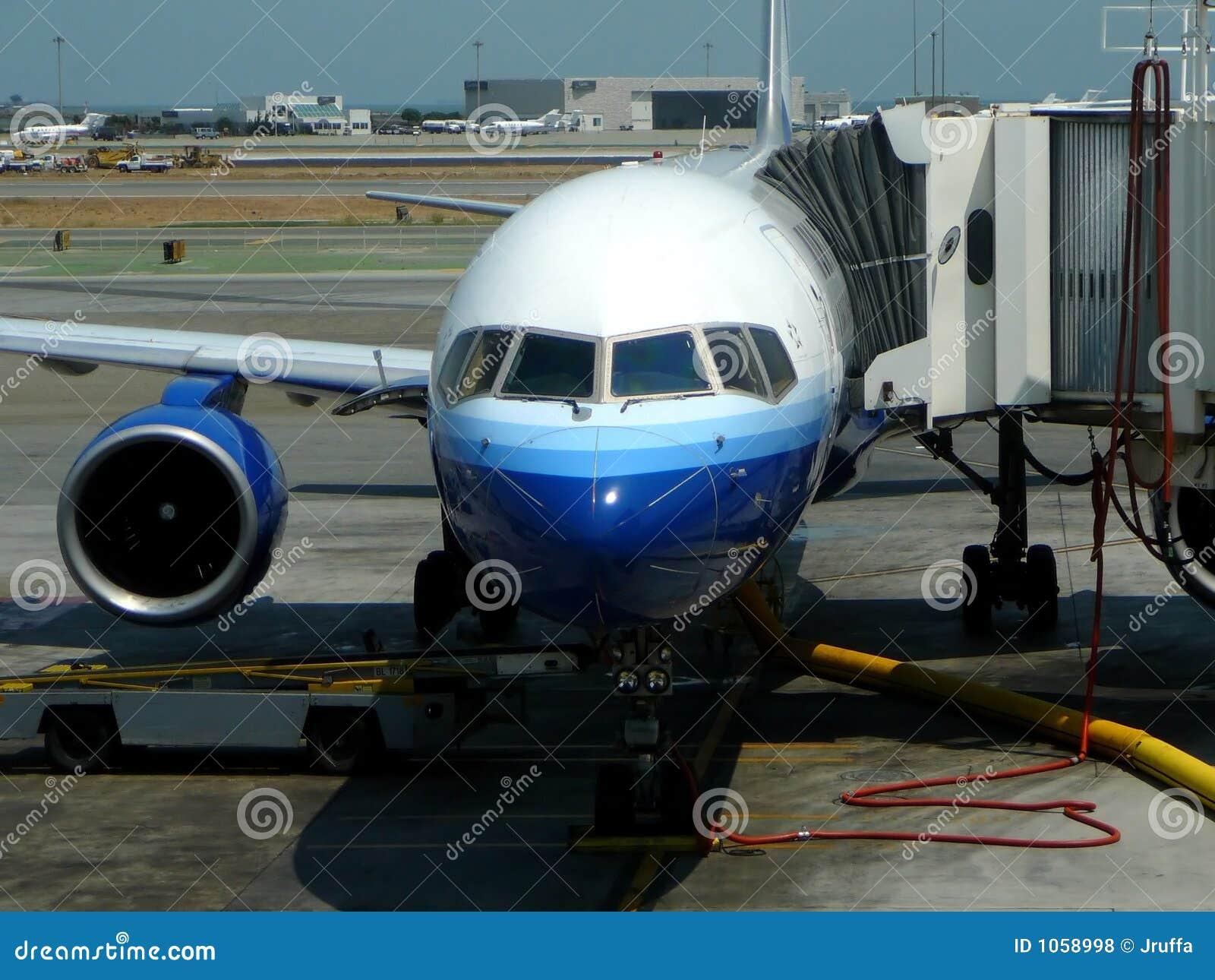 Avião de passagem na porta terminal