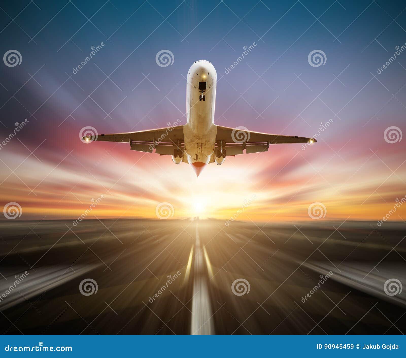 Avião dos passageiros que descola a pista de decolagem, efeito do movimento do borrão como o fundo