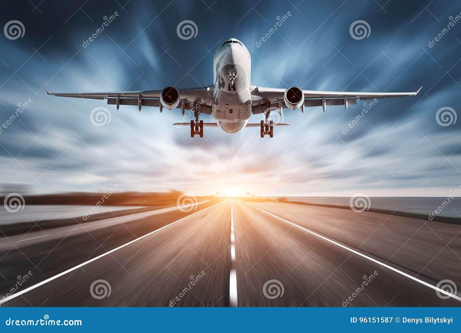 Avião e estrada com efeito do borrão de movimento no por do sol