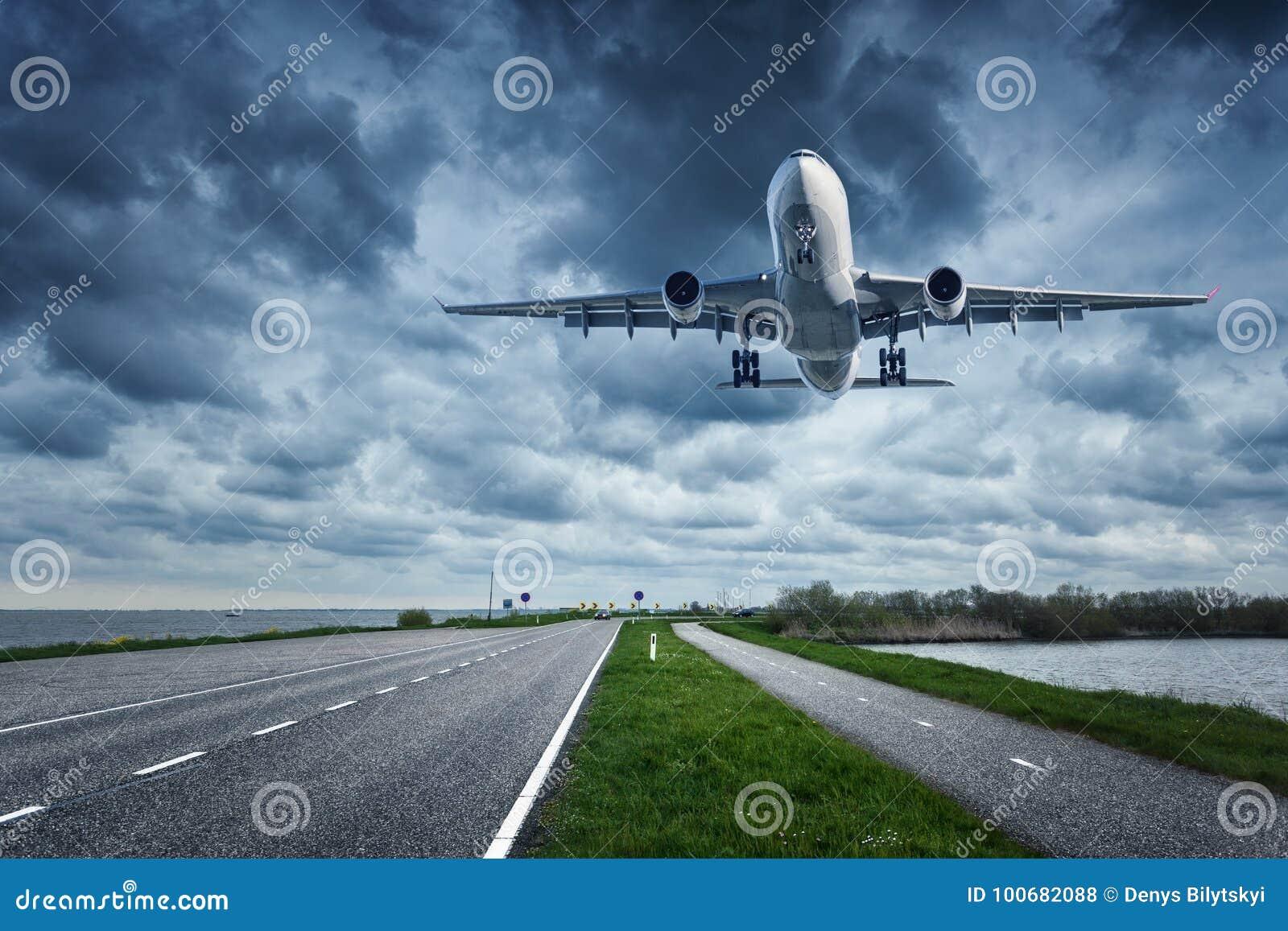 Avião e estrada no dia nublado