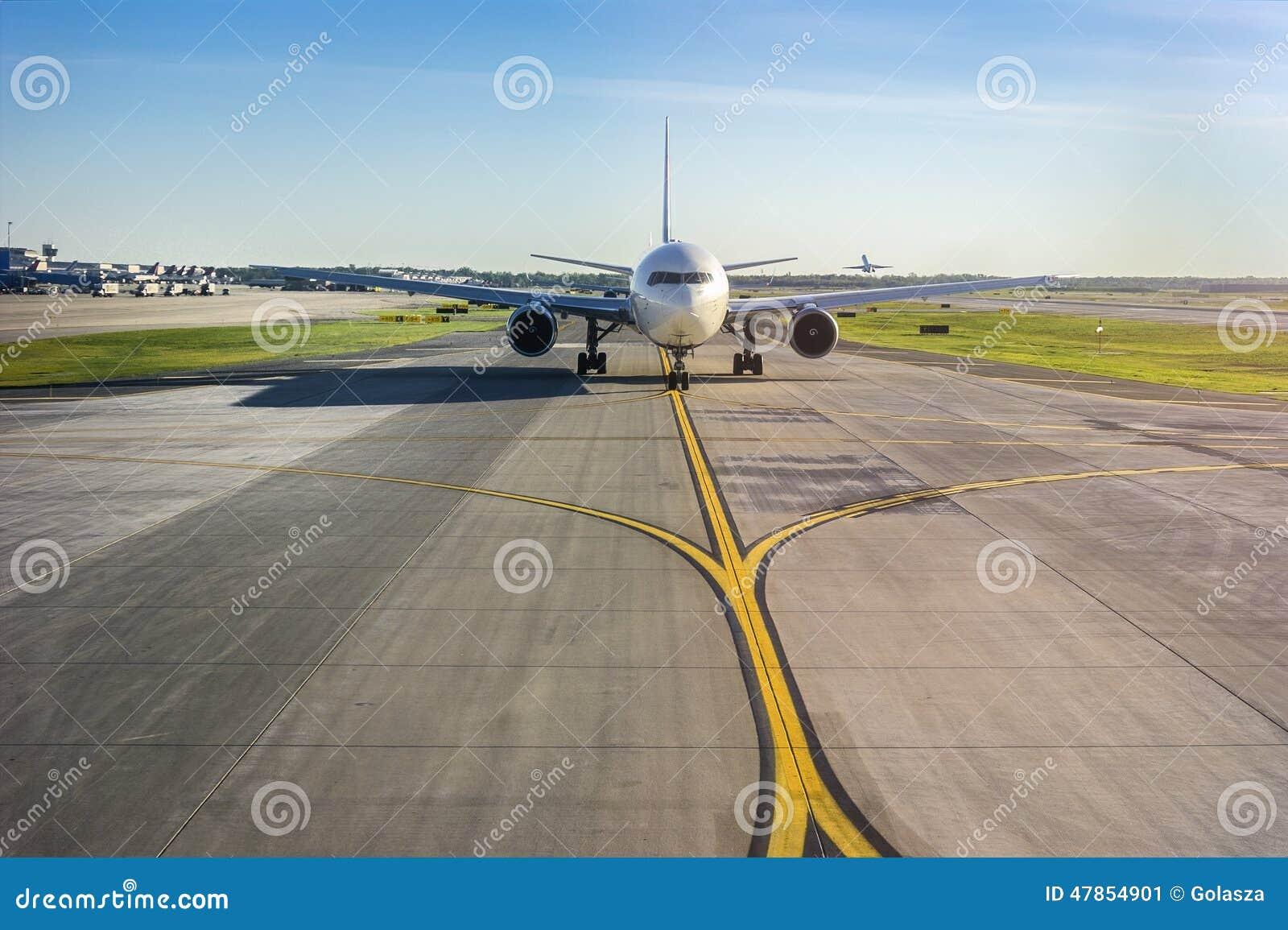 Avião em sua pista de decolagem no aeroporto