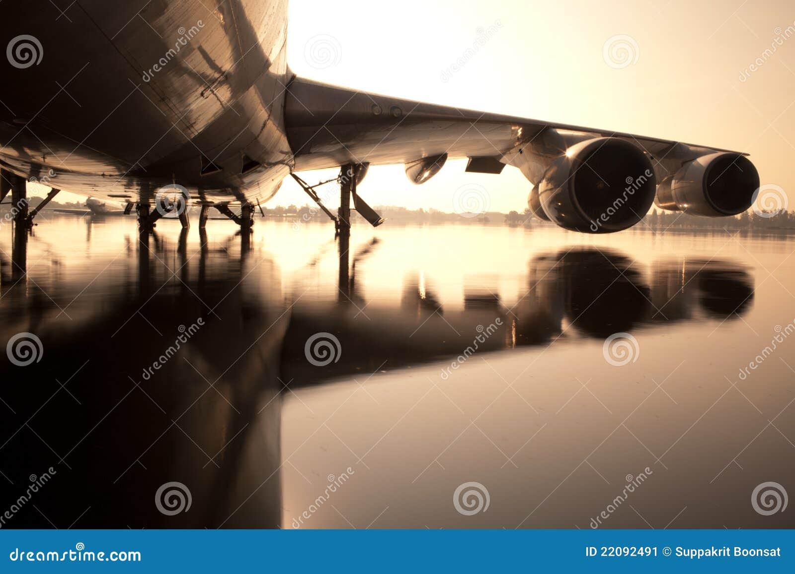 Avião na água no aeroporto