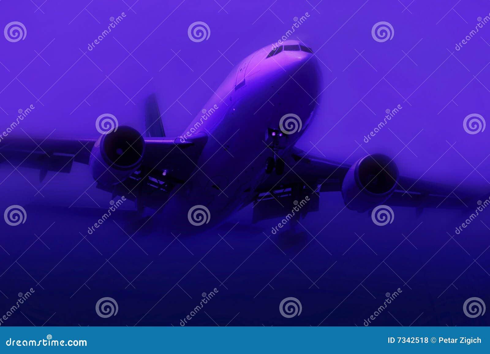 Avião na névoa