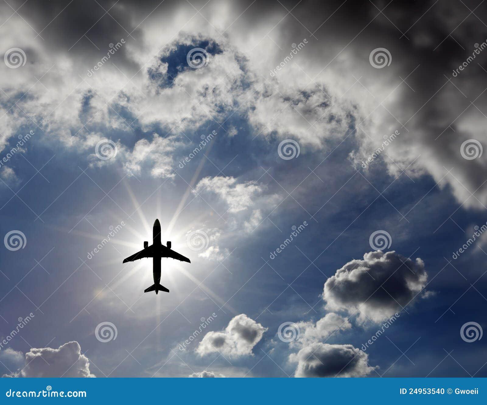 Avião no céu.