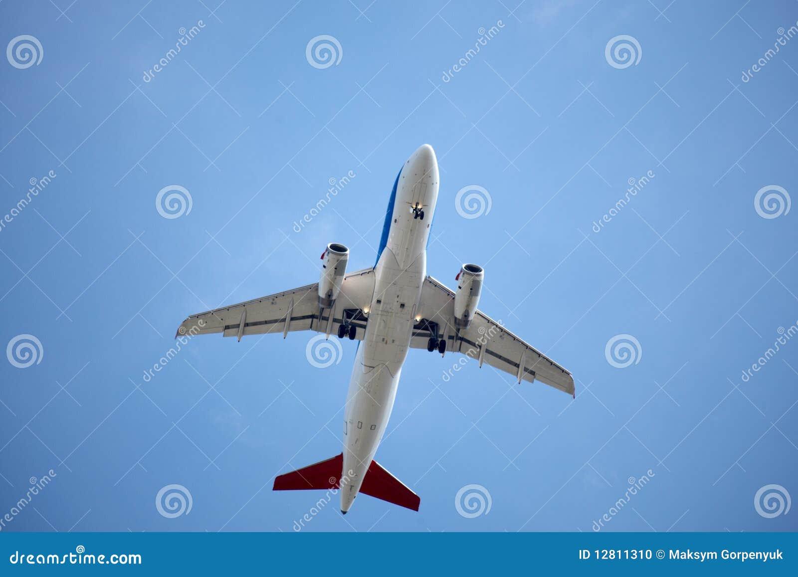 Avião no céu azul