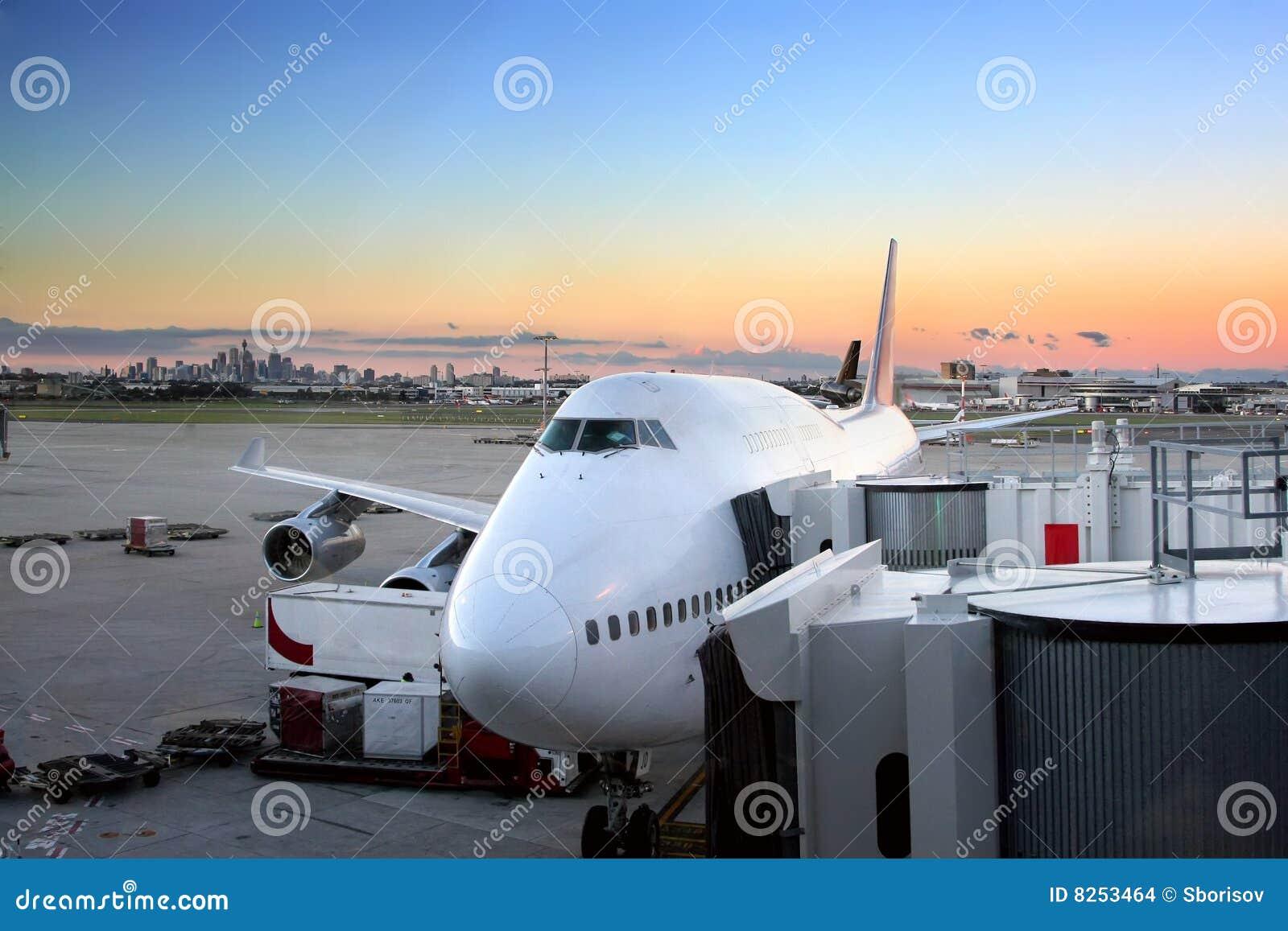Avião que prepara-se ao vôo no aeroporto