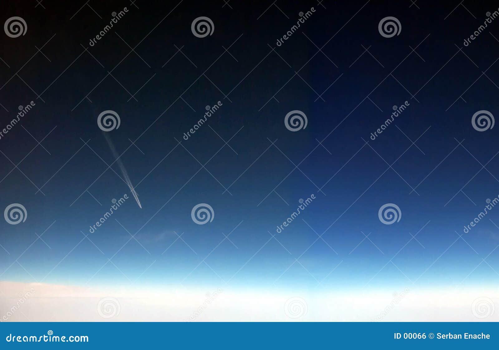 Avião que voa o alttitude elevado