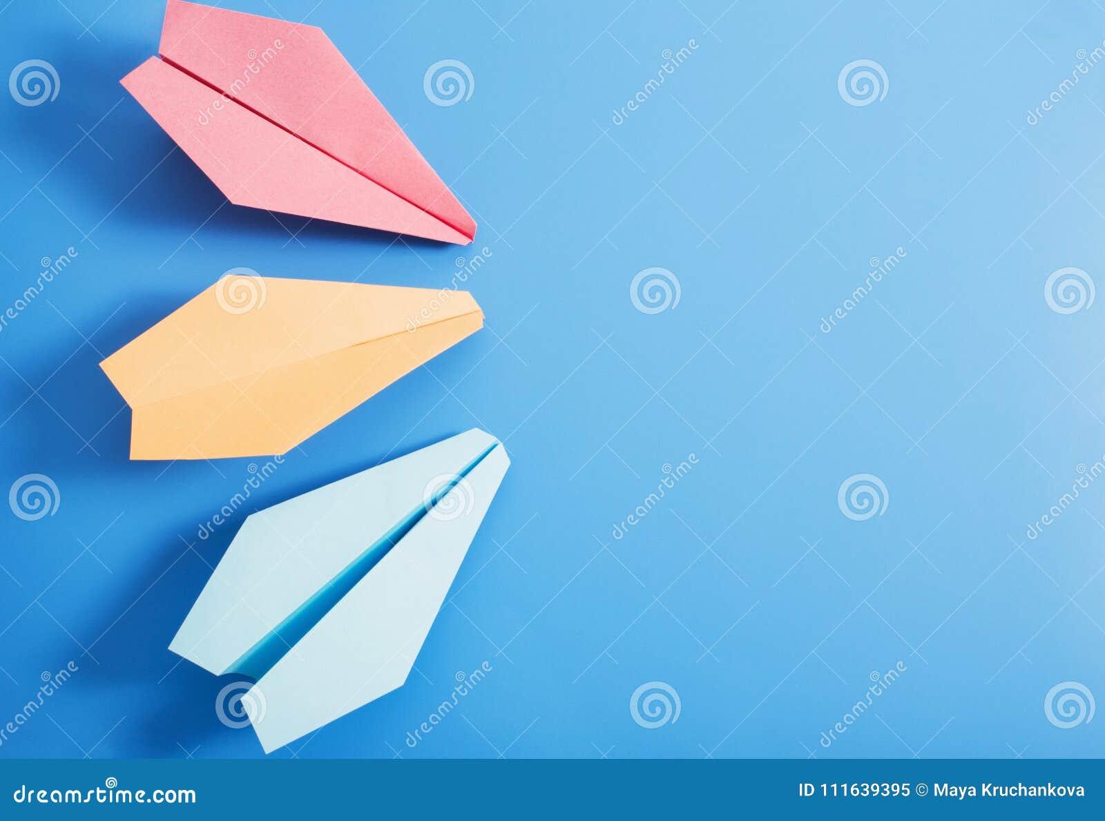 Avión De Papel En Fondo Azul Del Color Imagen de archivo - Imagen de ...