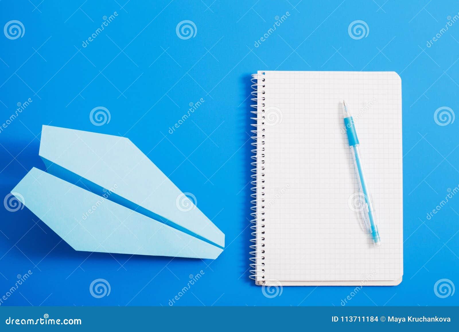 Avión De Papel En Fondo Azul Del Color Foto de archivo - Imagen de ...