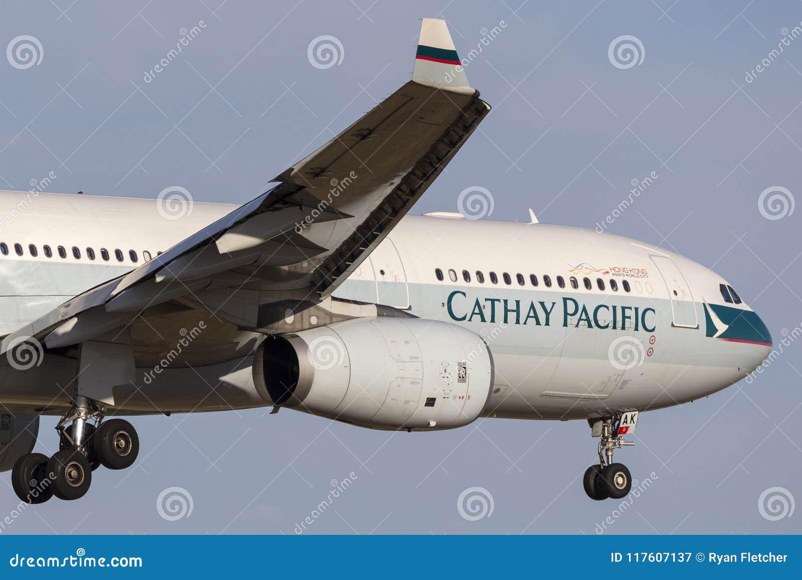 Avión de pasajeros B-LAK de Cathay Pacific Airbus A330-343 en acercamiento a la tierra en el aeropuerto internacional de Melbourn