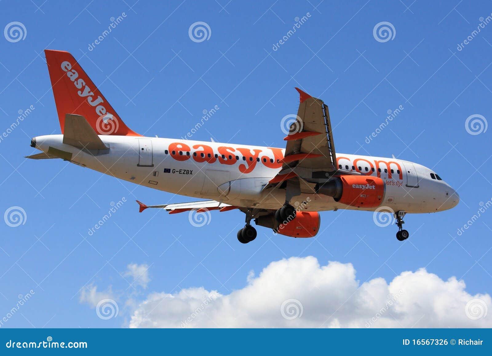 Avión de pasajeros durante el aterrizaje