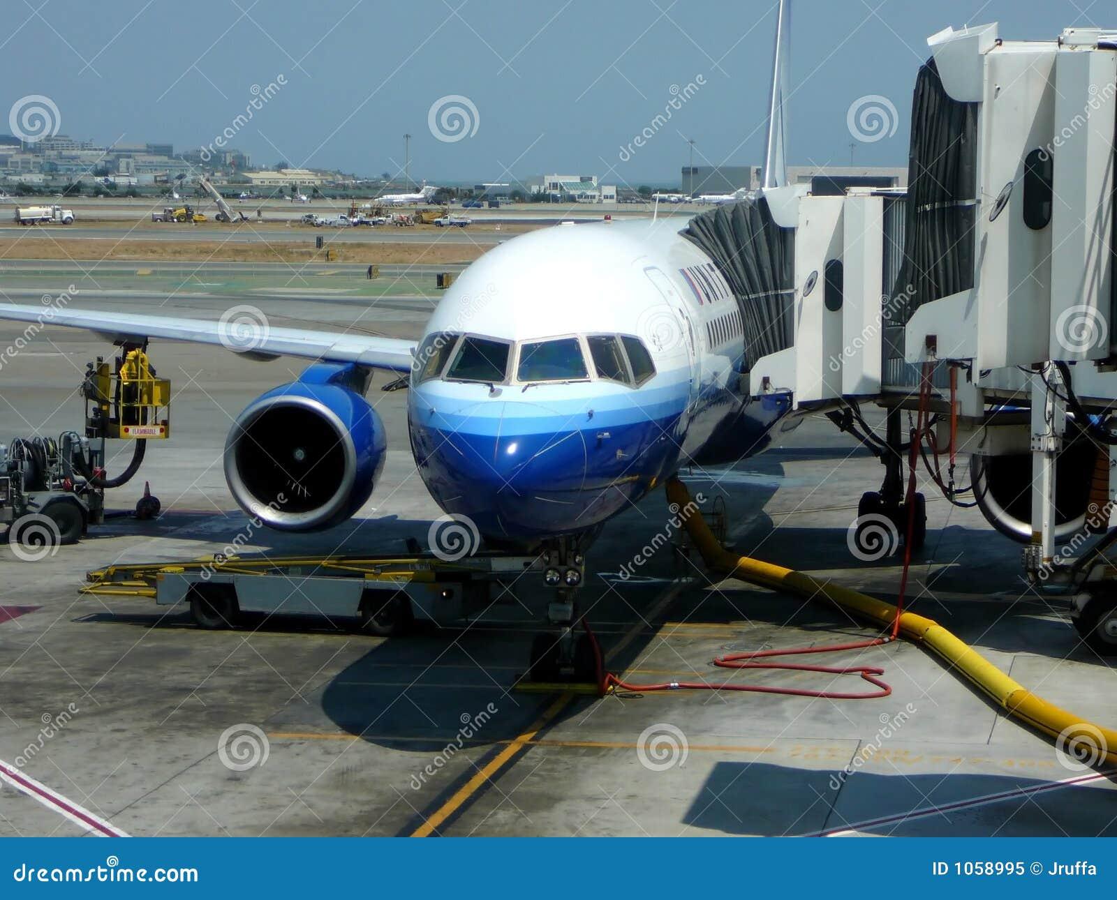 Avión de pasajeros en la puerta terminal