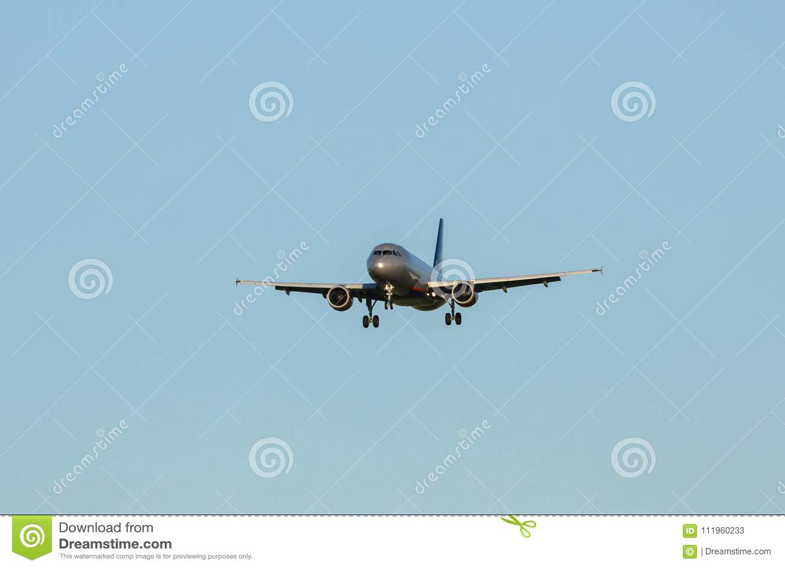 Avión De Pasajeros Grande En Un Fondo Del Cielo Azul Imagen De