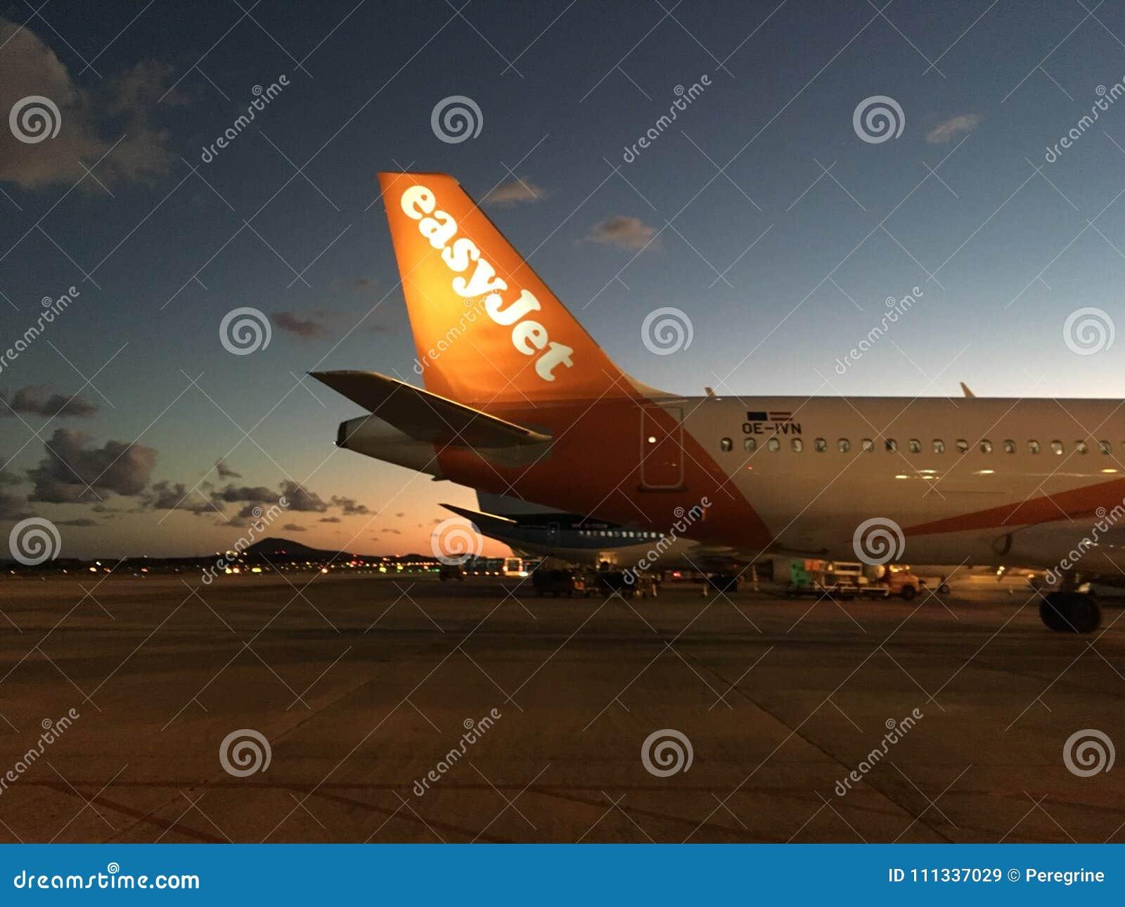 Avión de reacción fácil en la puesta del sol
