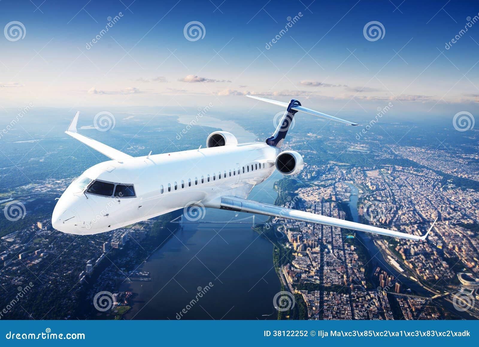 Avión de reacción privada en el cielo azul