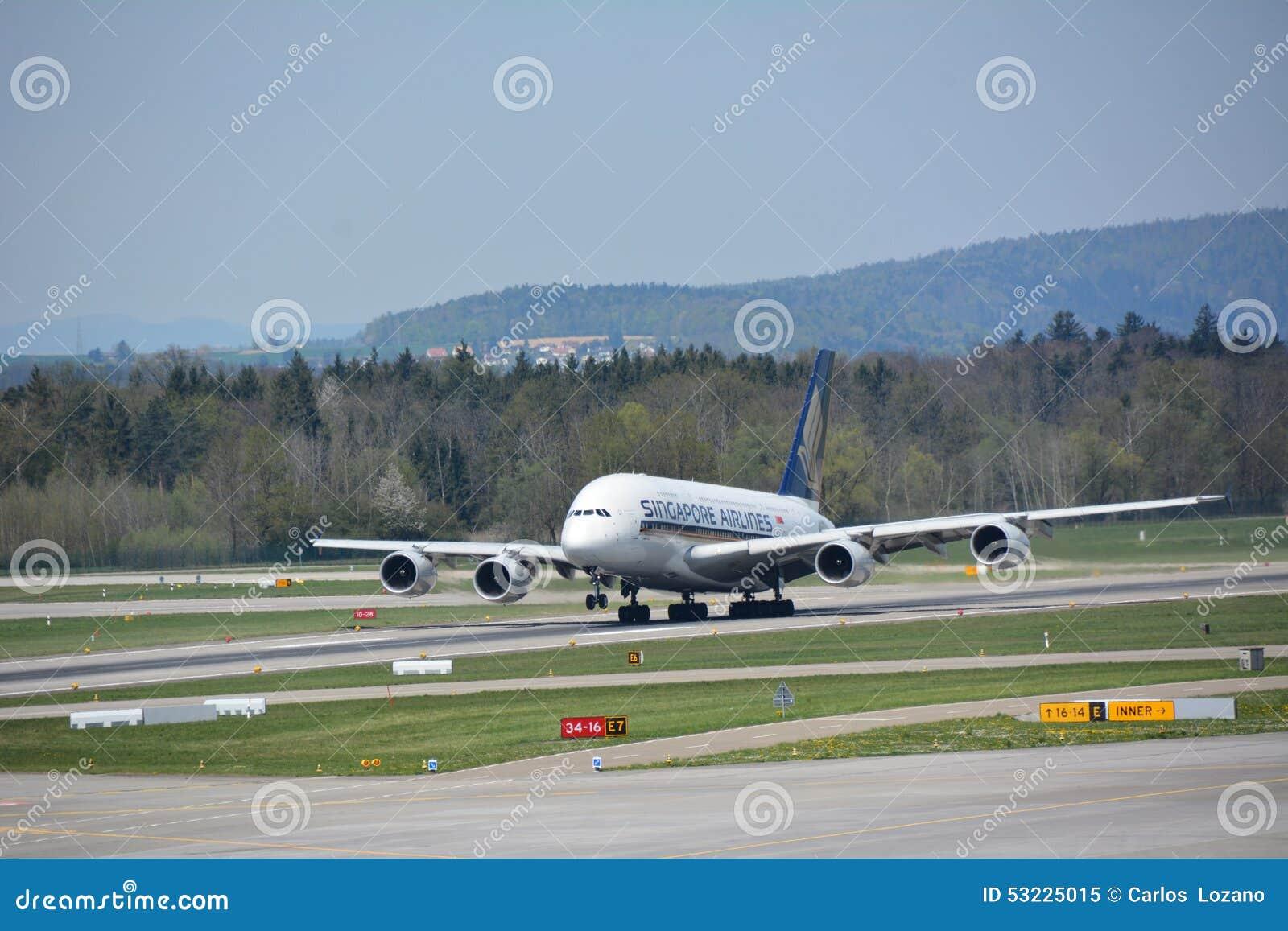 Avión de Singapore Airlines en el despegue