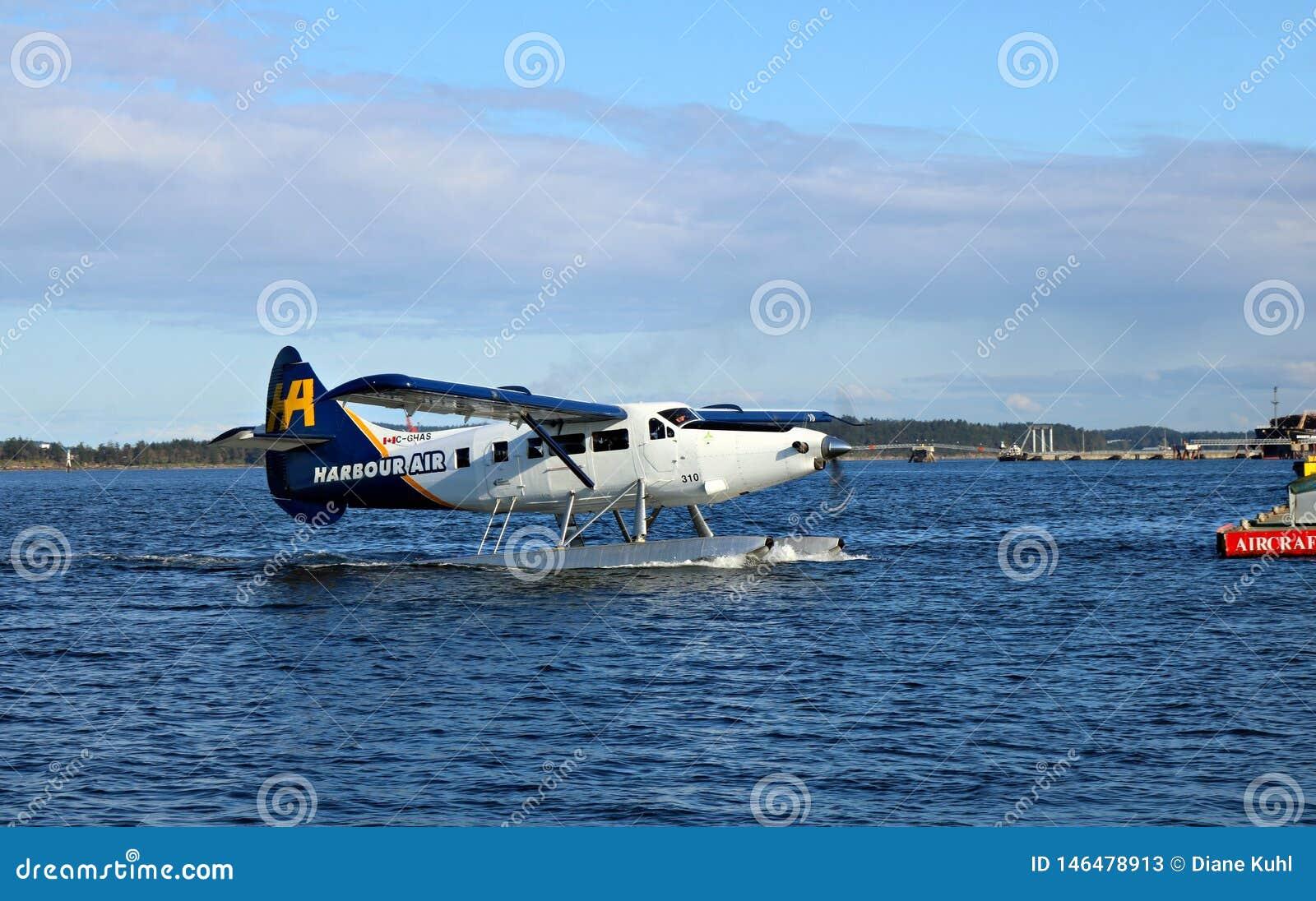 Avión del flotador que viene adentro atracar en el puerto deportivo en Nanaimo