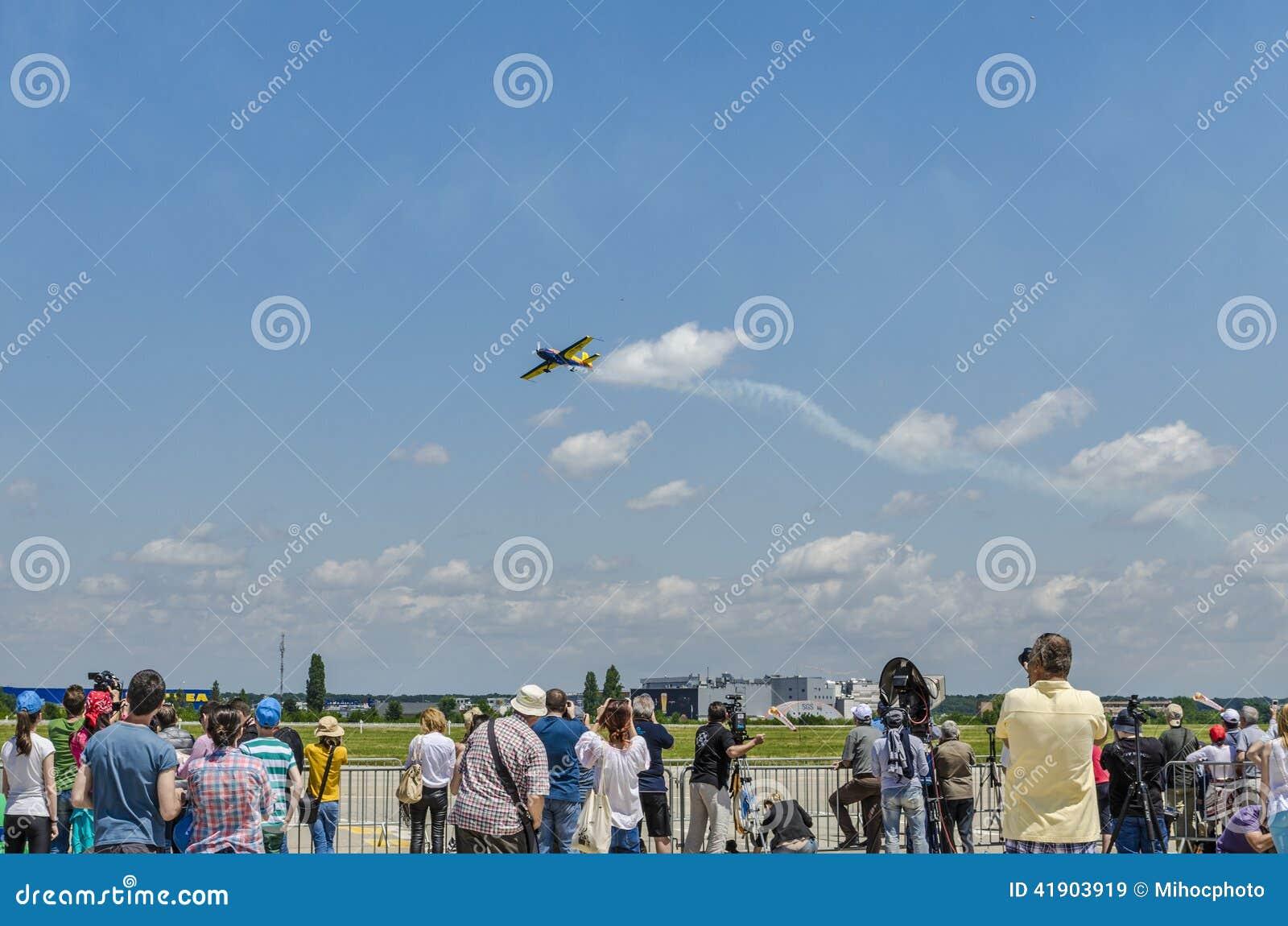 Avión del truco en el salón aeronáutico
