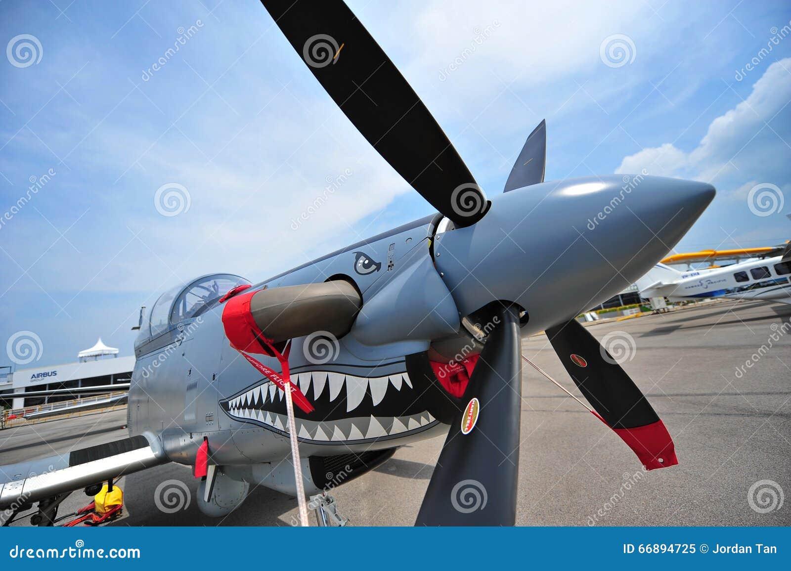 Avión del turbopropulsor del ataque ligero del Texan II de Beechcraft AT-6 solo en la exhibición en Singapur Airshow
