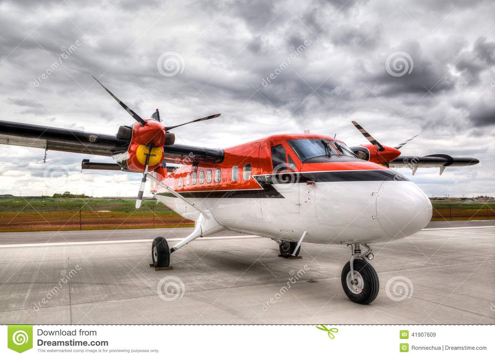 Avión del vintage en una pista de despeque del aeropuerto