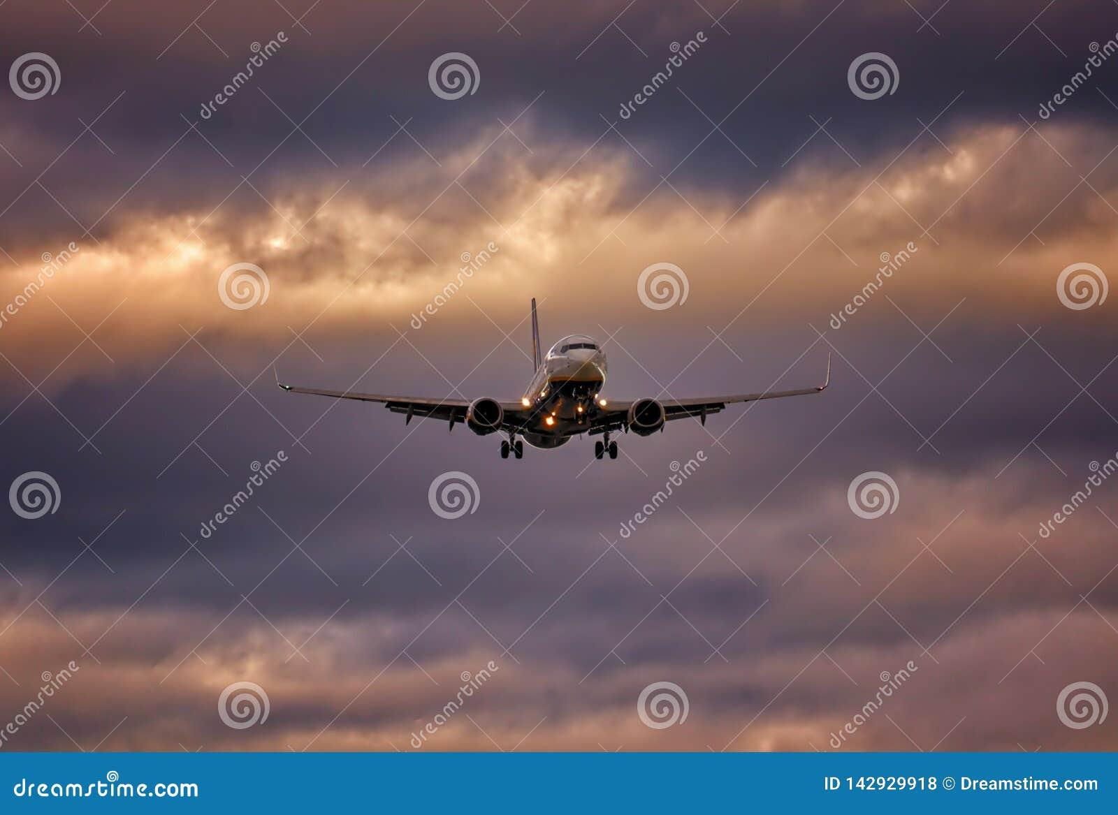 Avión en acercamiento final con las ruedas abajo y el cielo dramático, aeropuerto del palma, Mallorca, España