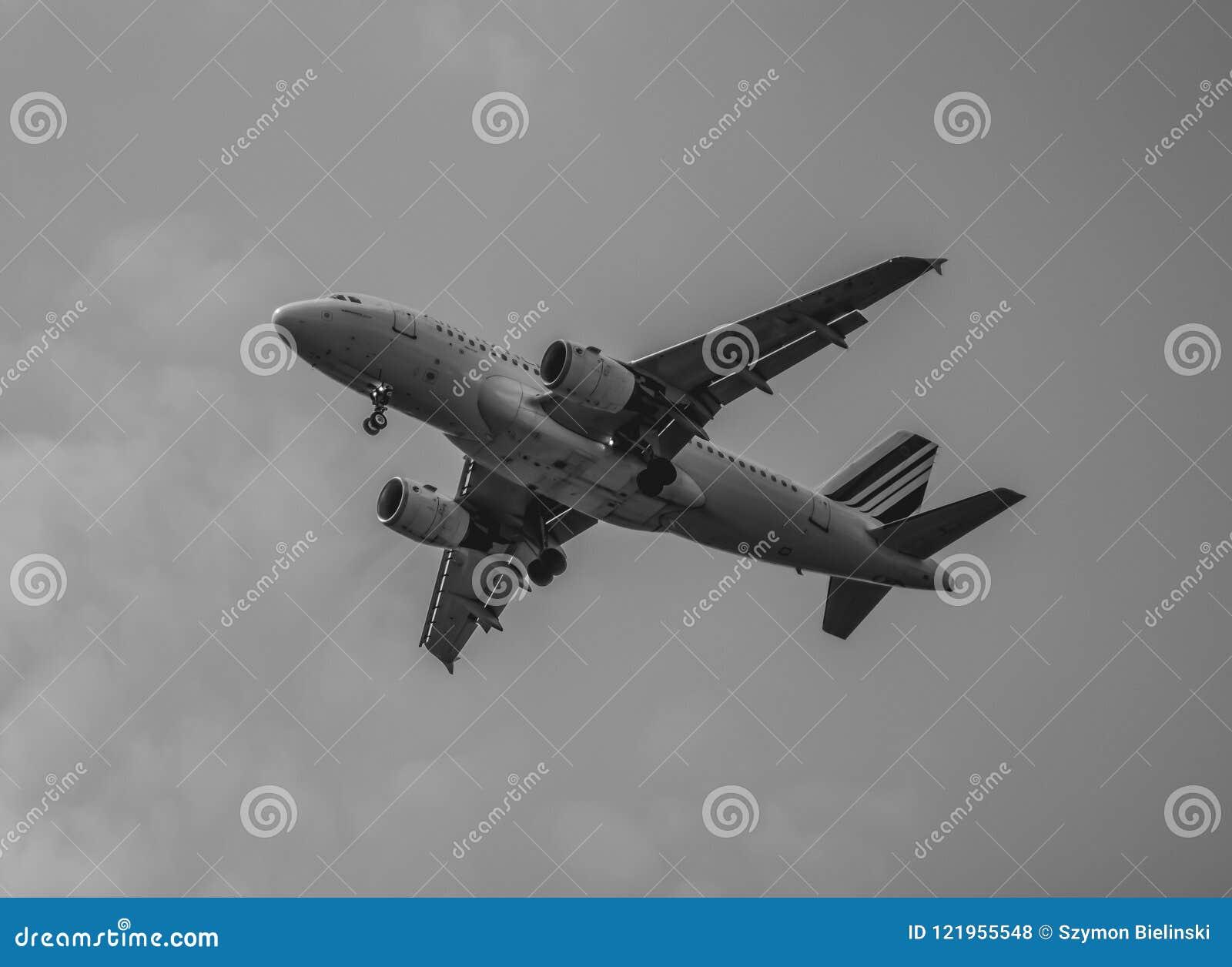 Avión que desciende al cielo
