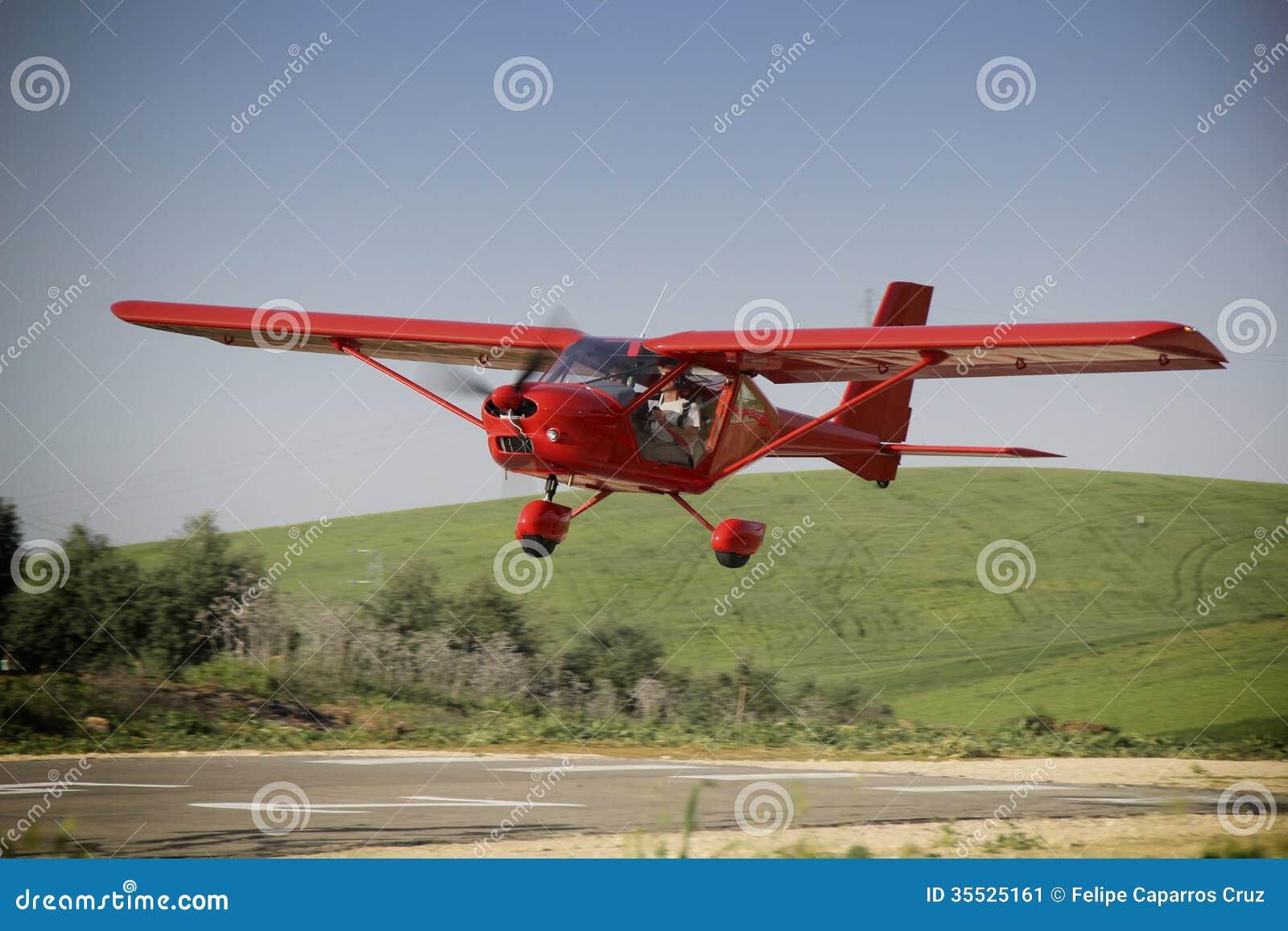 Avión rojo servido por el estudiante y el profesor de un practi del vuelo de la clase