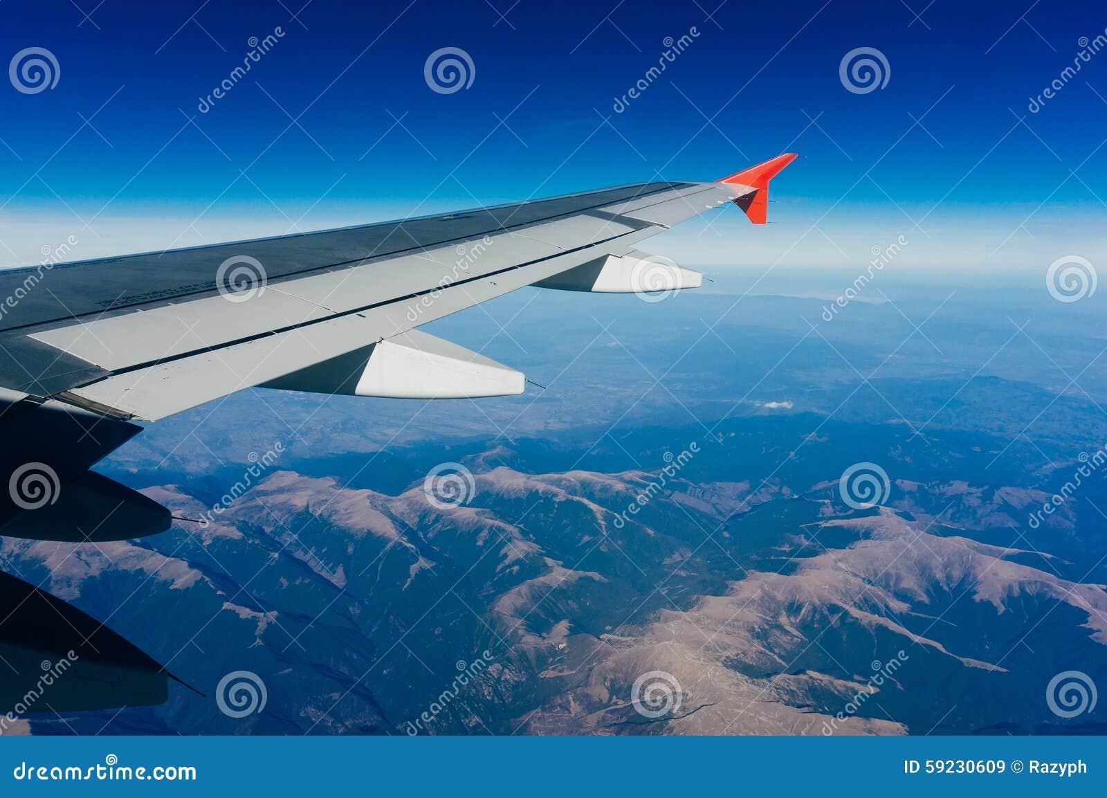 Avión sobre las montañas