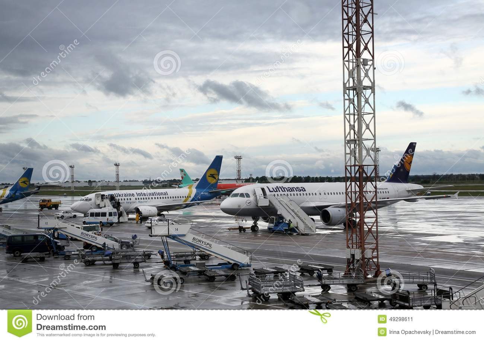 Aeroporto Kiev : Aviões comerciais no aeroporto boryspil kiev foto editorial
