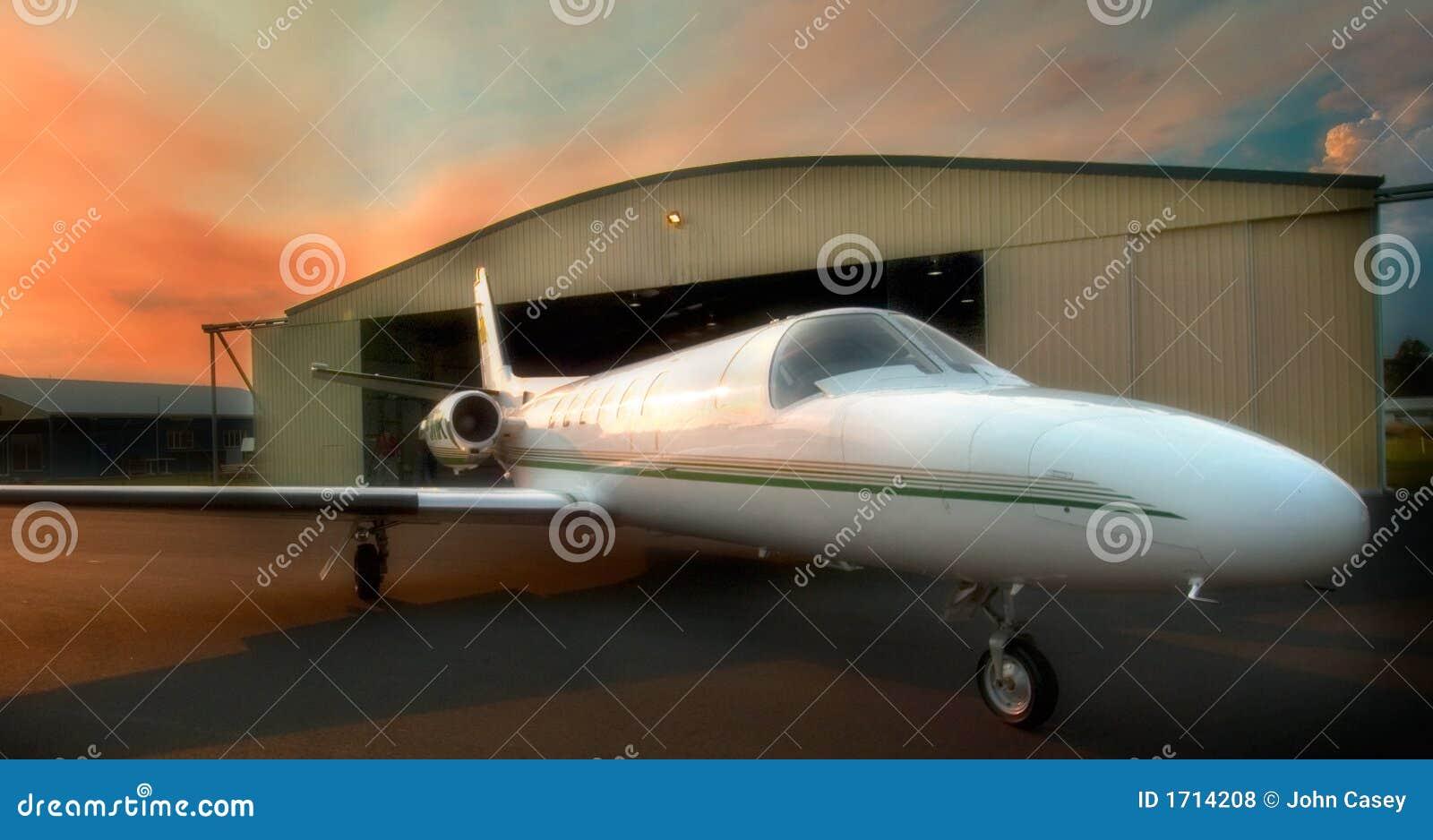 Aviões de jato no alvorecer